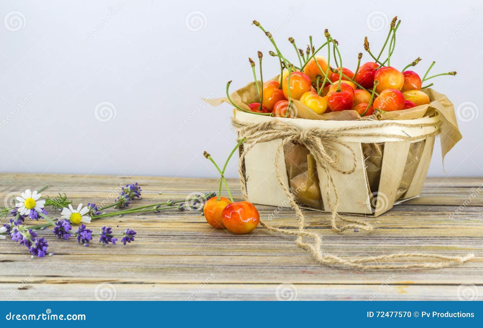 Свежие ягоды, сладостные вишни в корзине на белой ...