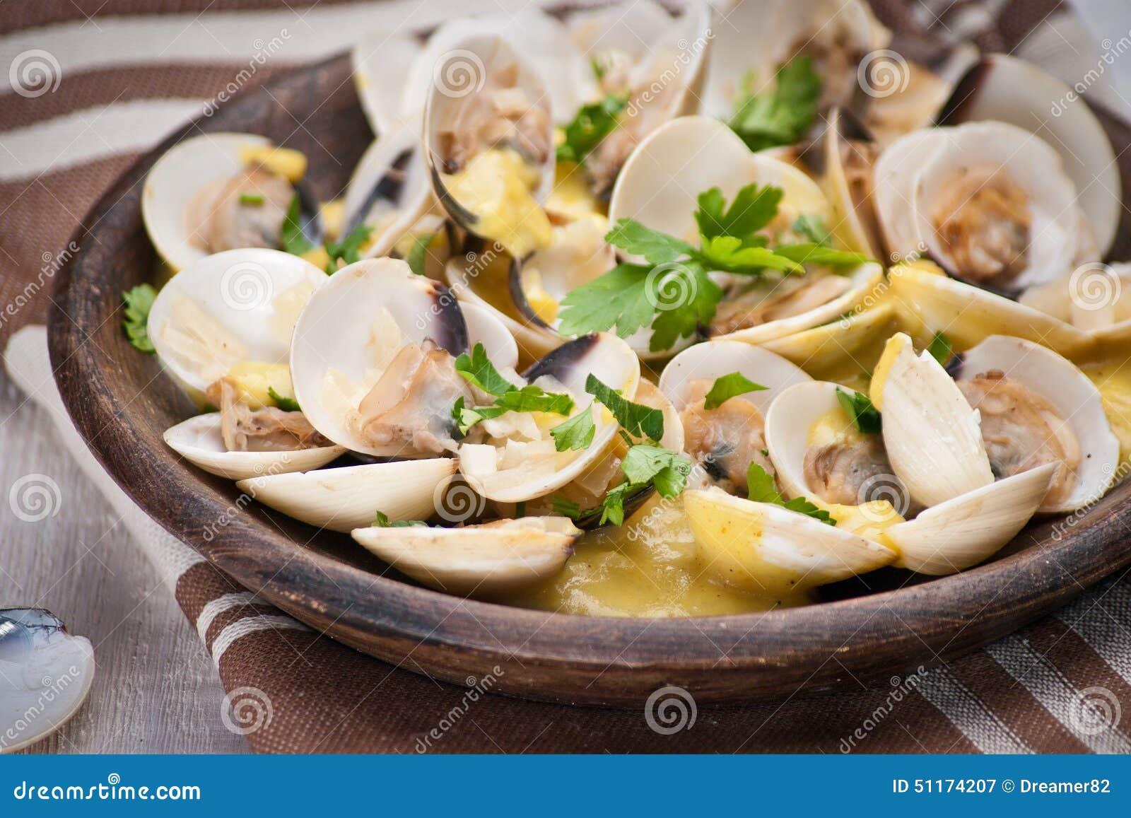 Свежие clams куколя (Венера, Meretrix) с соусом вина португальско
