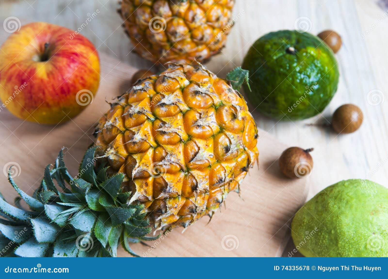 Свежий ананас на предпосылке