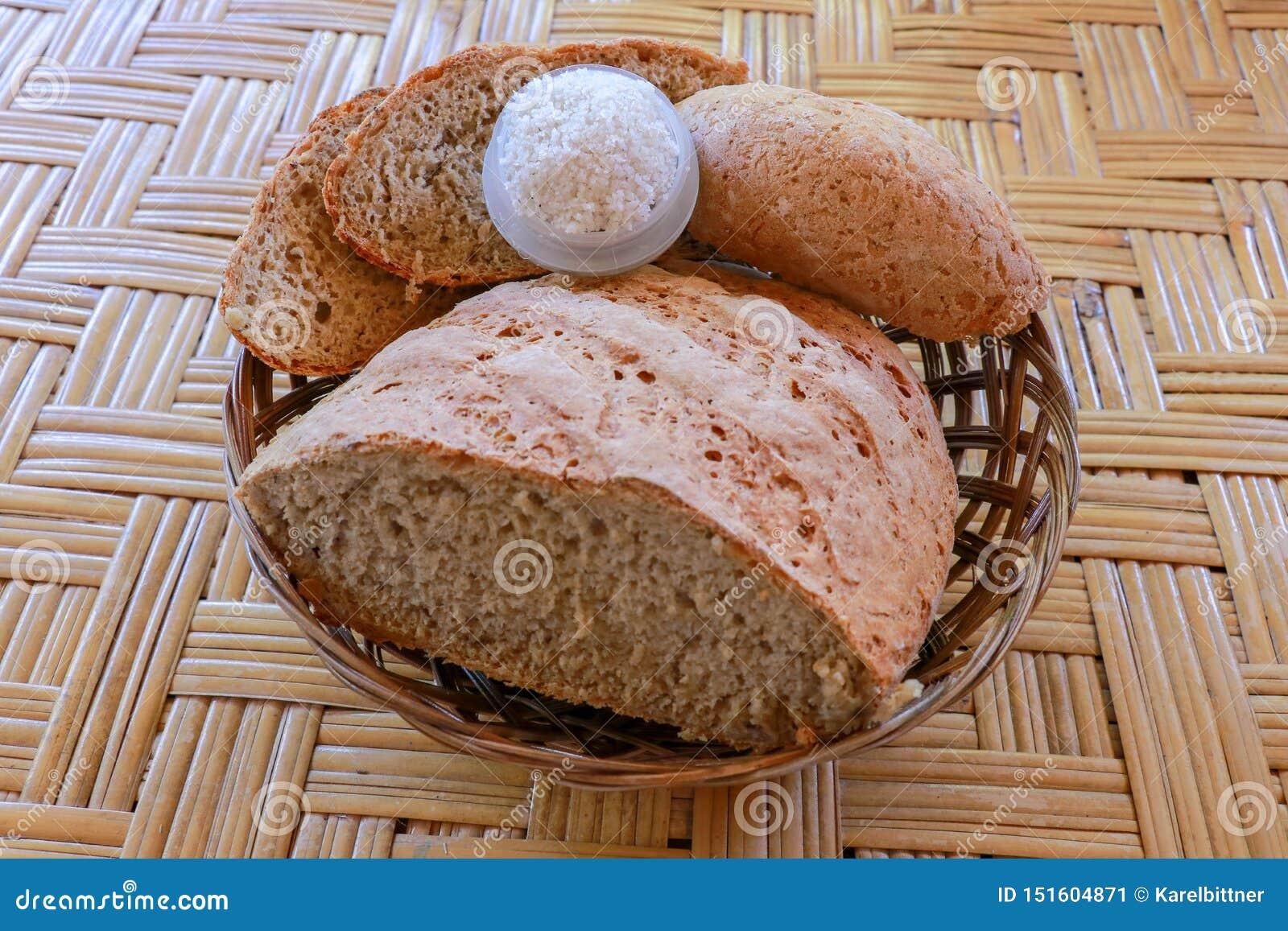 Свежий домодельный хлеб сделанный из муки пшеницы и рож Отрезанный хлеб в плетеной корзине Свежий домодельный хлеб сделанный flou
