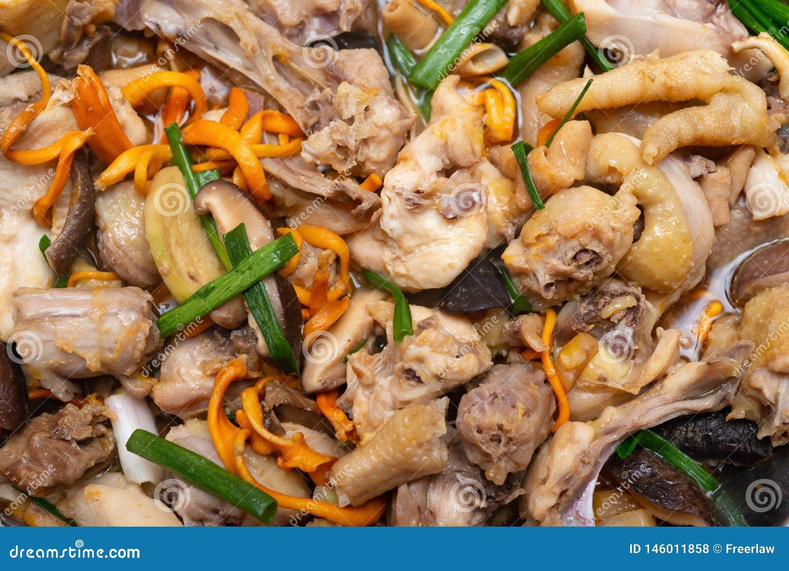 Свежий испаренный цыпленок с кусками гриба