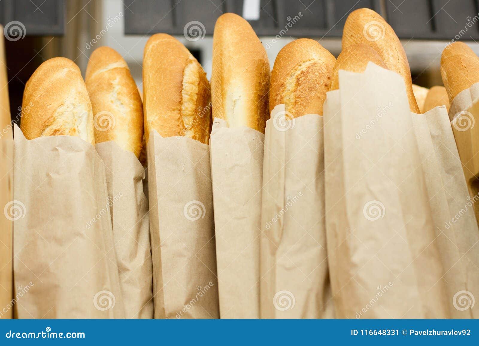 Свежий испеченный хлеб в супермаркете Свежая очень вкусная еда bakersfield Взгляд сверху Насмешка вверх скопируйте космос Селекти