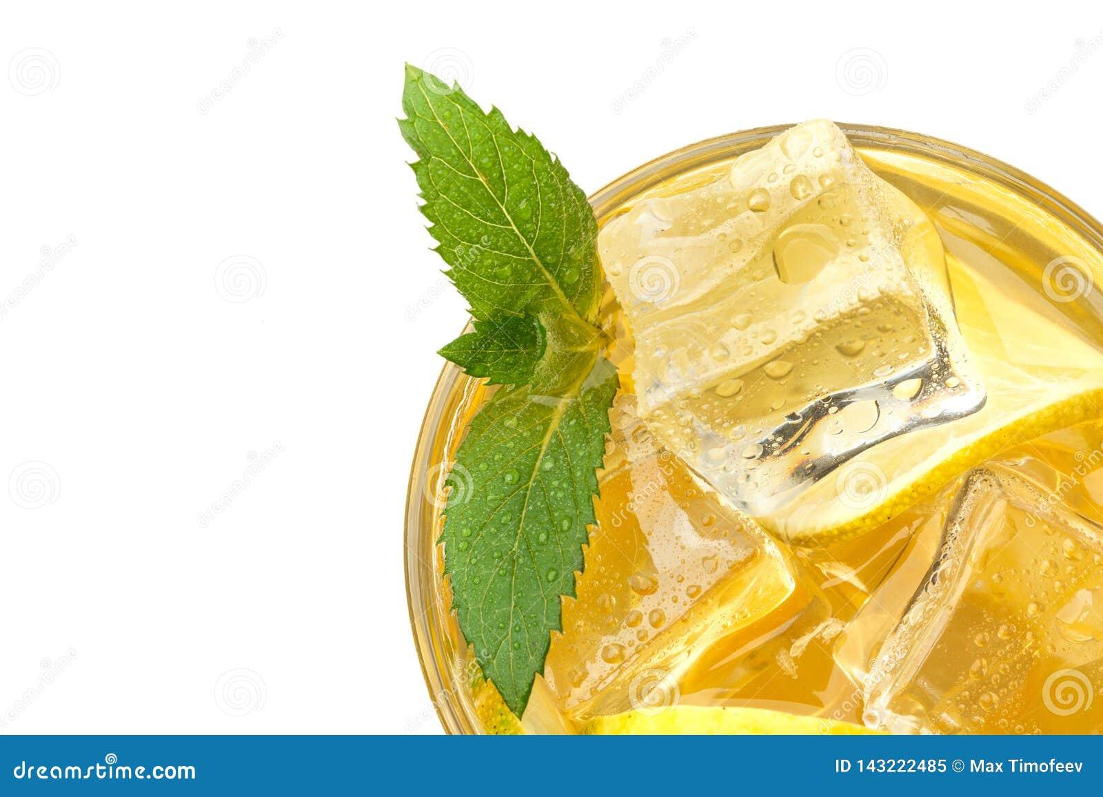 Свежий лимонад с льдом и мятой Настроение лета изолировано