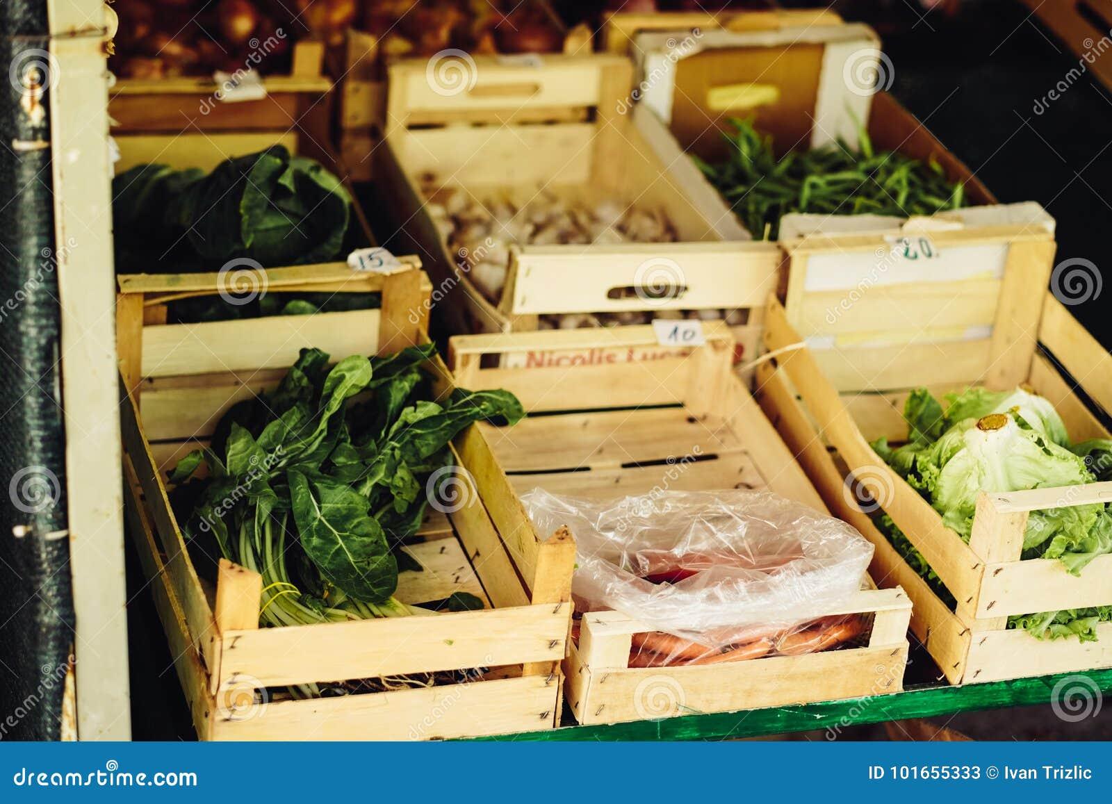 Свежий овощ на рынке фермы Естественные местные продукты на рынке фермы жать Сезонные продукты Питание Овощи