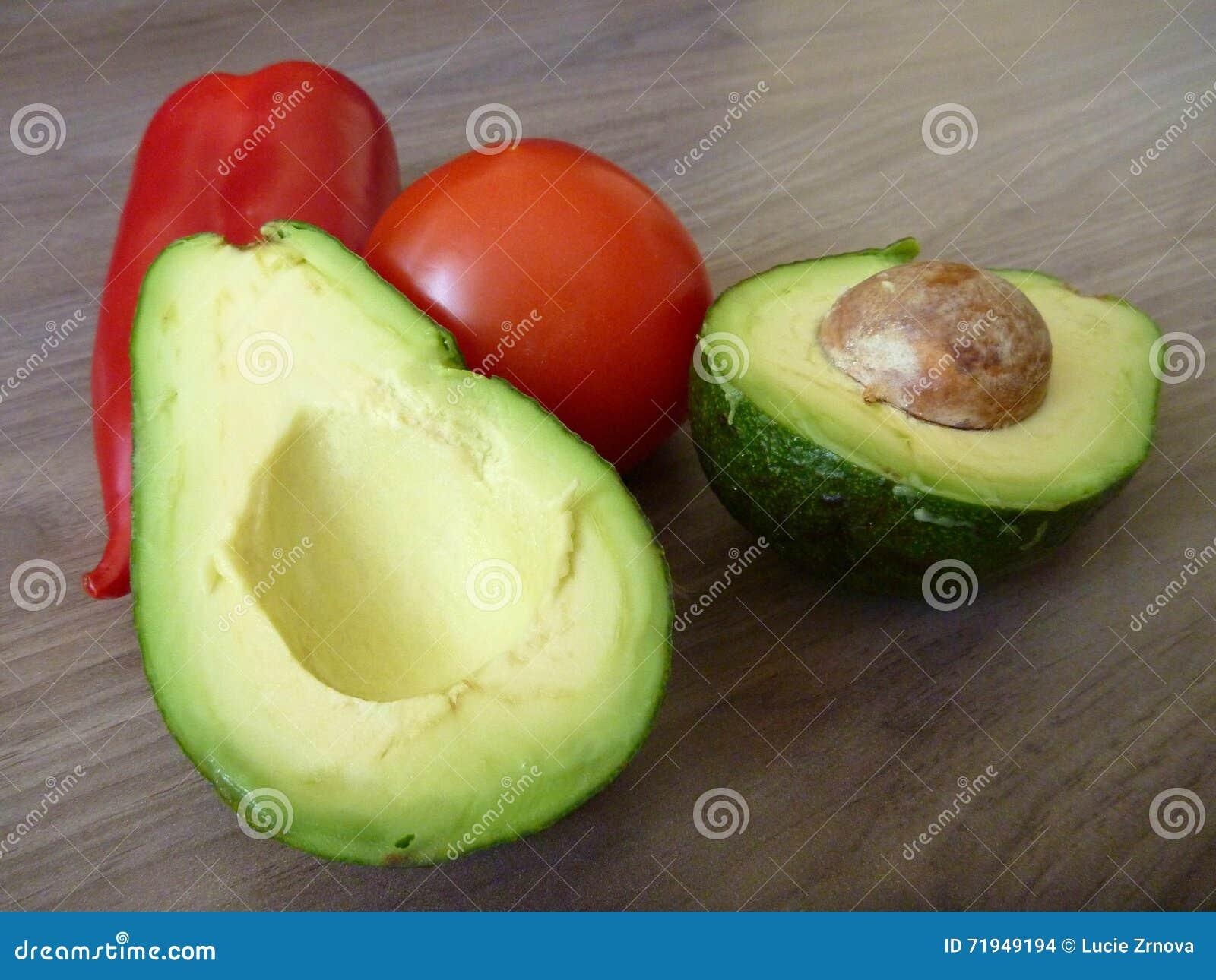 Свежий овощ с авокадоом и томатом