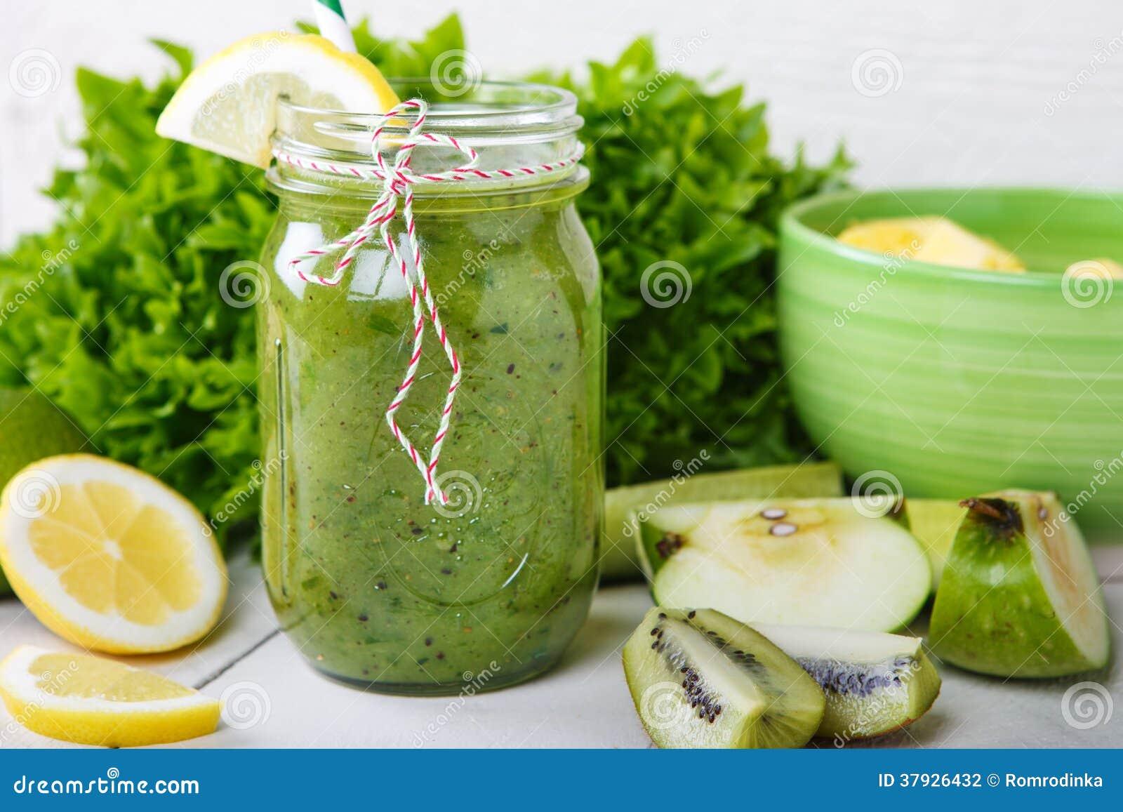 Свежий органический зеленый smoothie с салатом, яблоком, огурцом, pineap