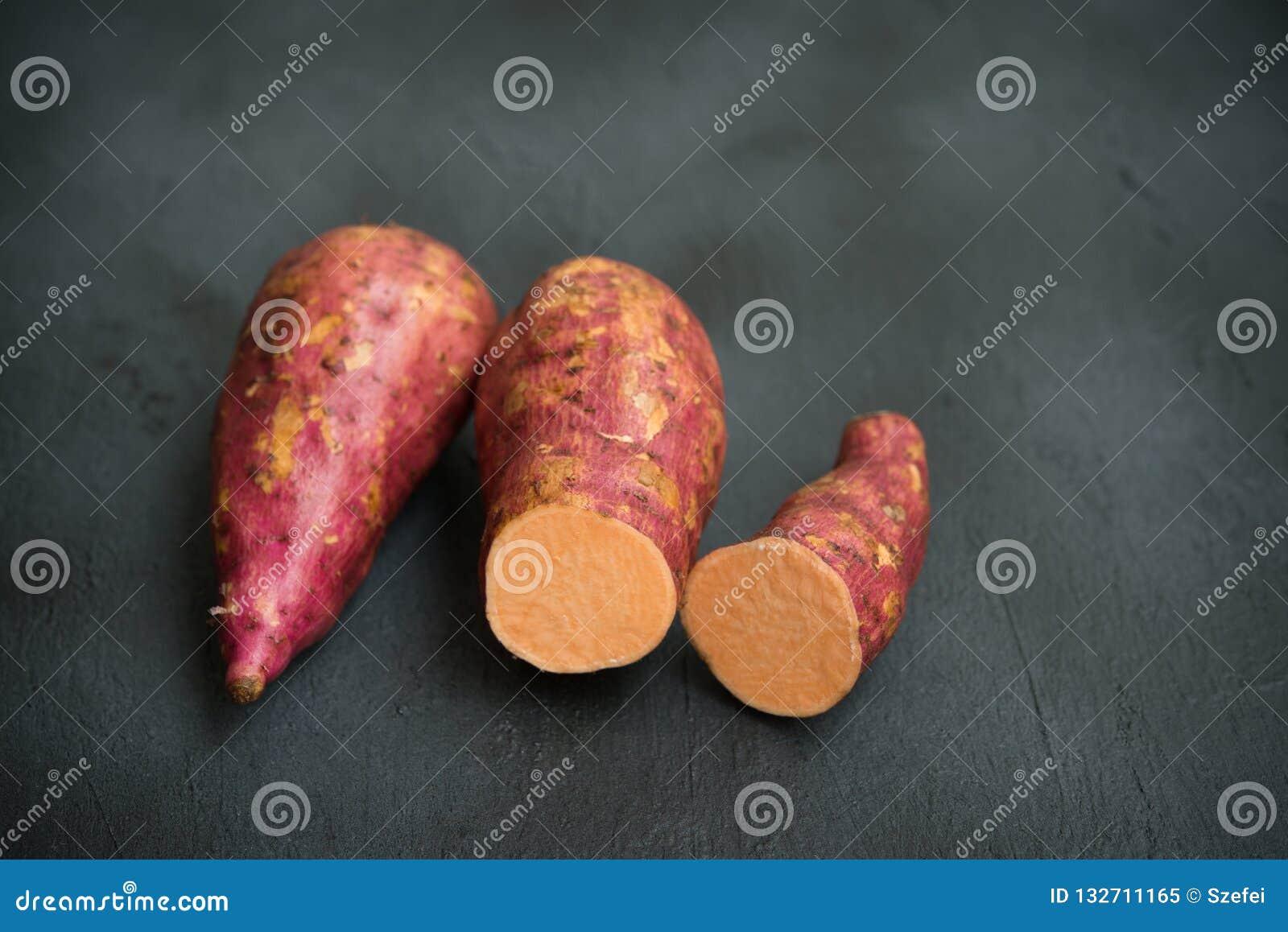 Свежий органический оранжевый сладкий картофель