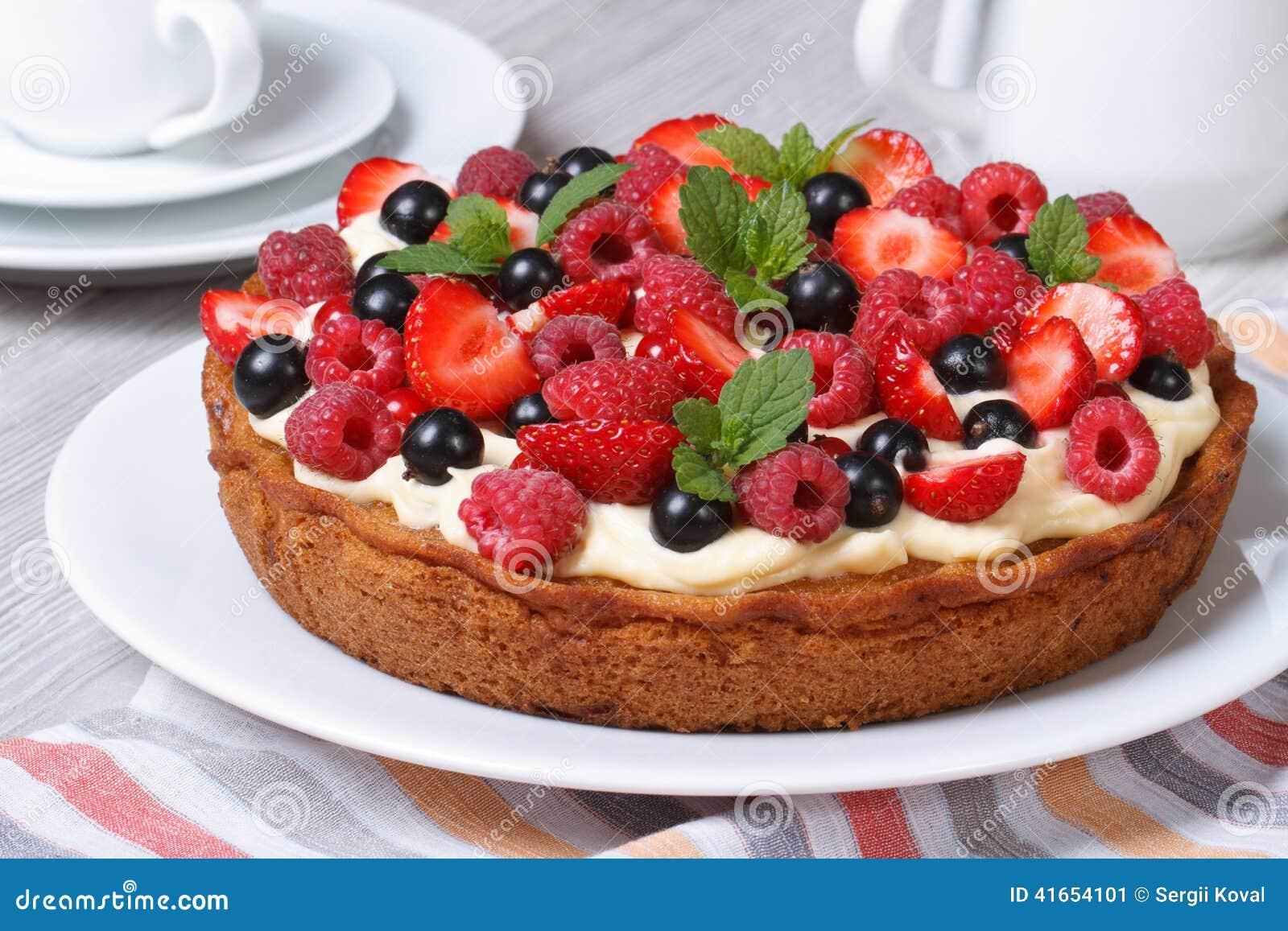 Свежий пирог ягоды с клубниками, полениками и крупным планом мяты