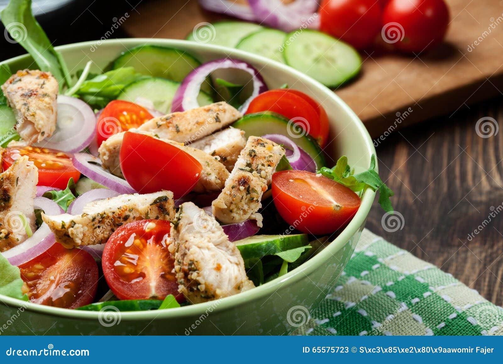 Свежий салат с цыпленком, томатами и arugula на плите