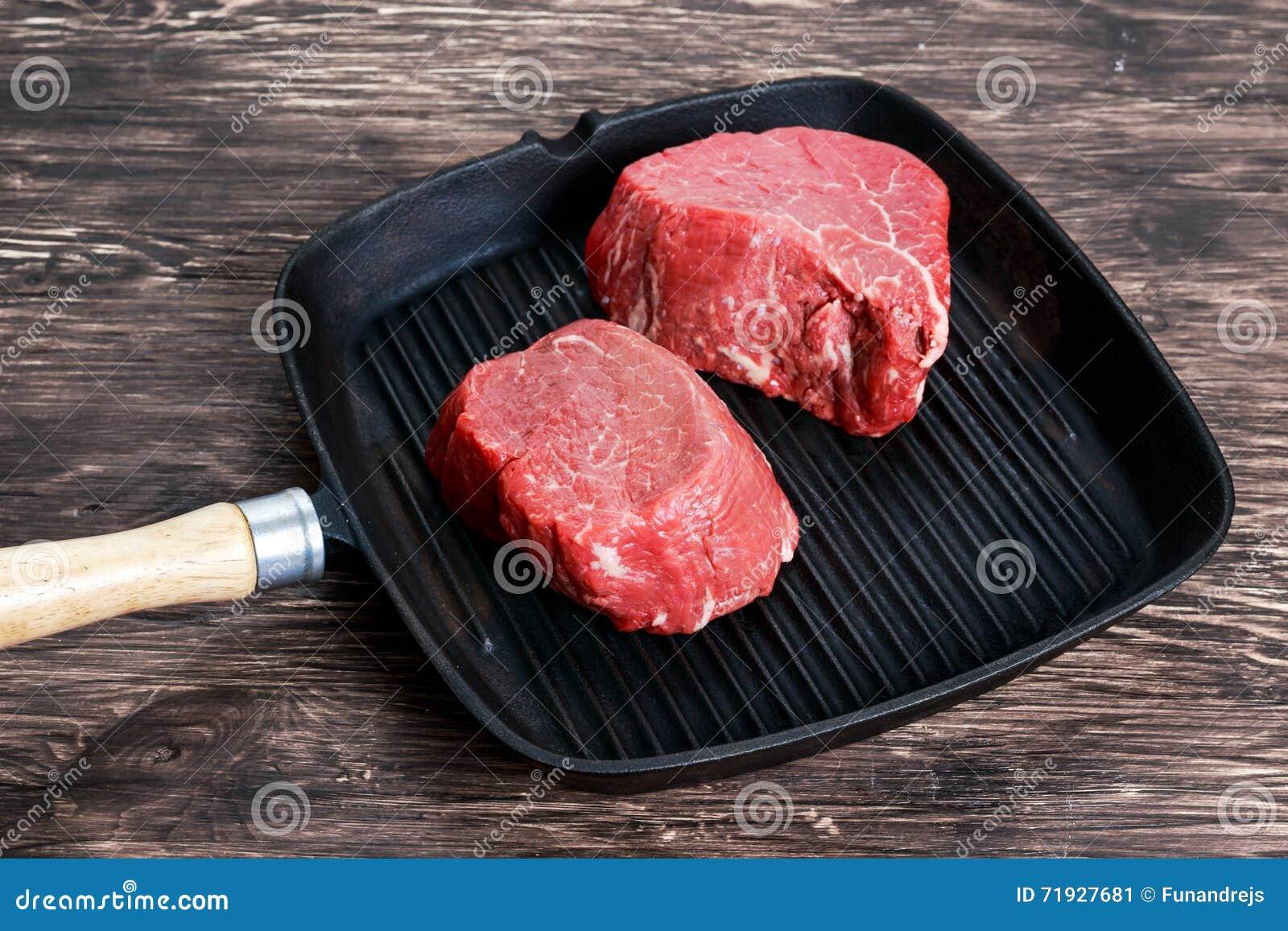 Свежий сырцовый Mignon стейка говядины на зажаренном лотке