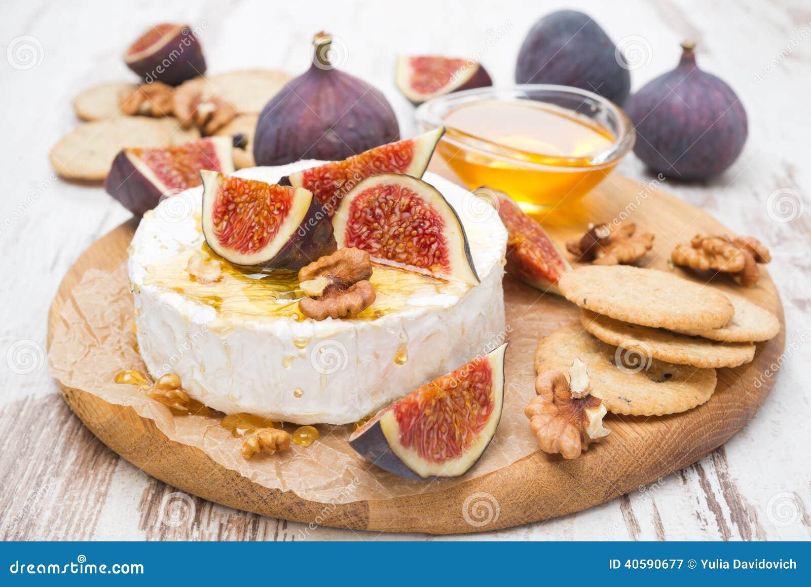 Свежий сыр камамбера с медом, смоквами и шутихами