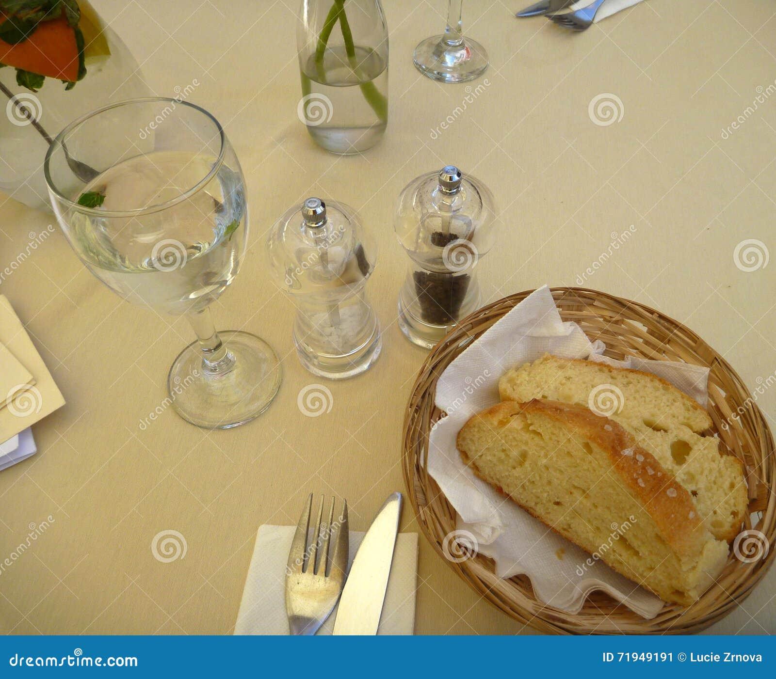 Свежий хлеб в корзине с ножом и вилкой