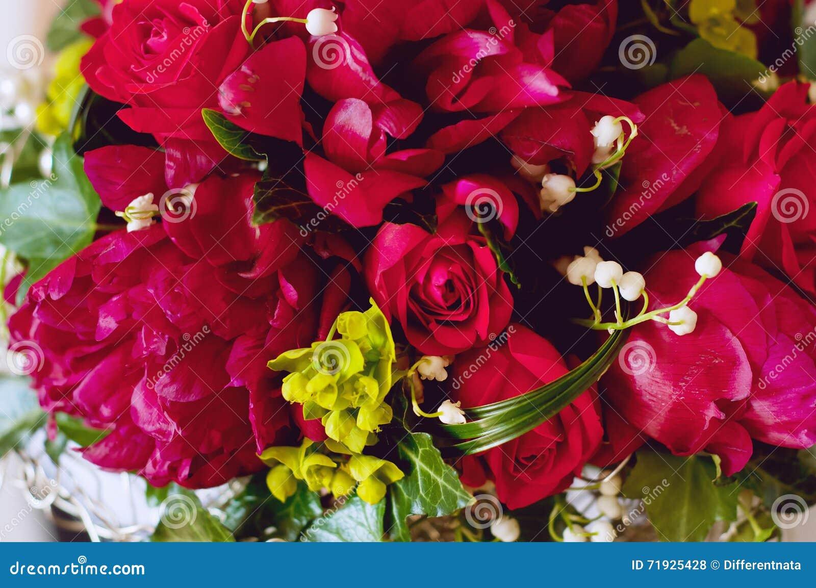 Свежий bridal букет Красные цветки лета