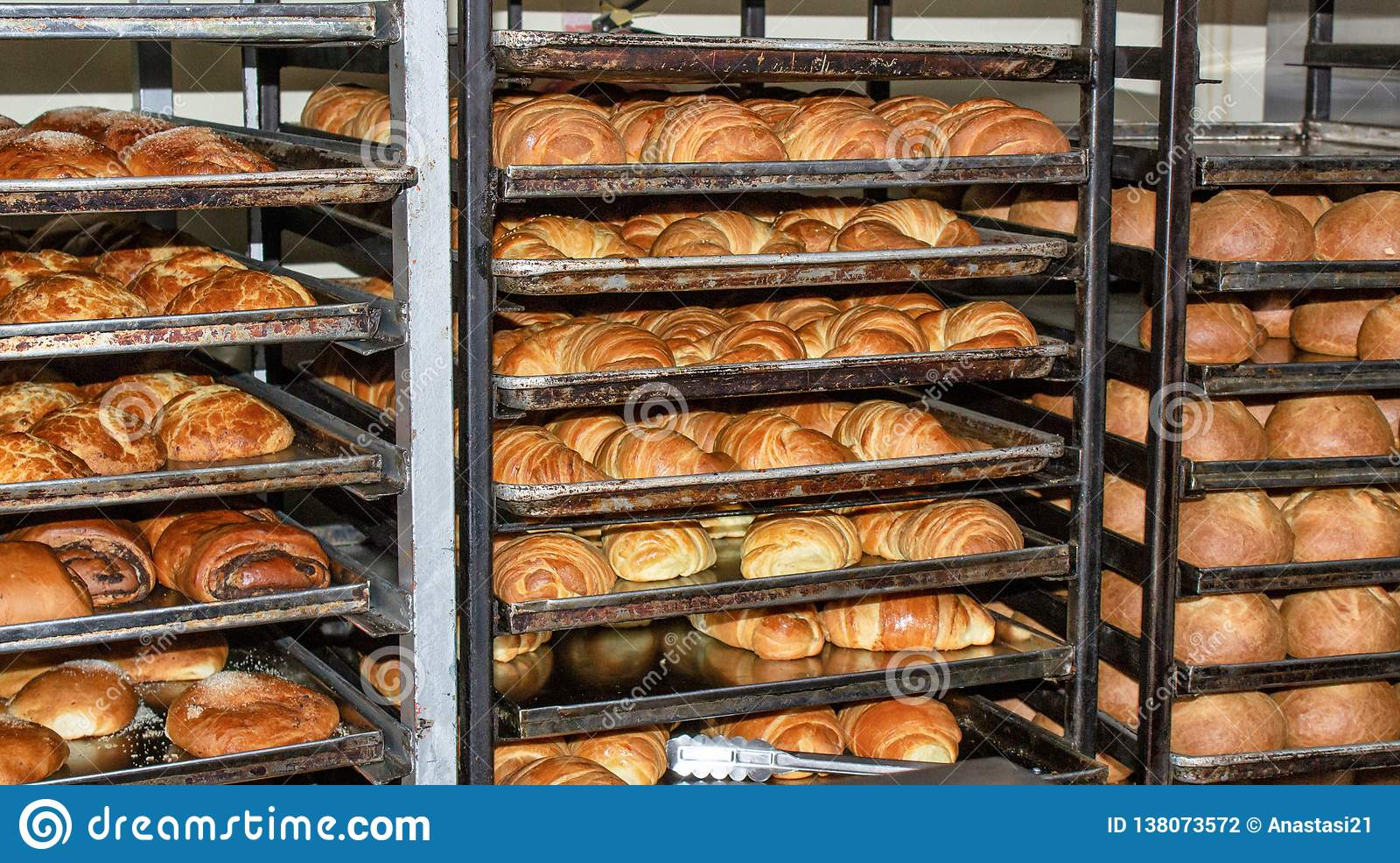 Свежо испекл хлеб, полки с плюшками эквадор quito