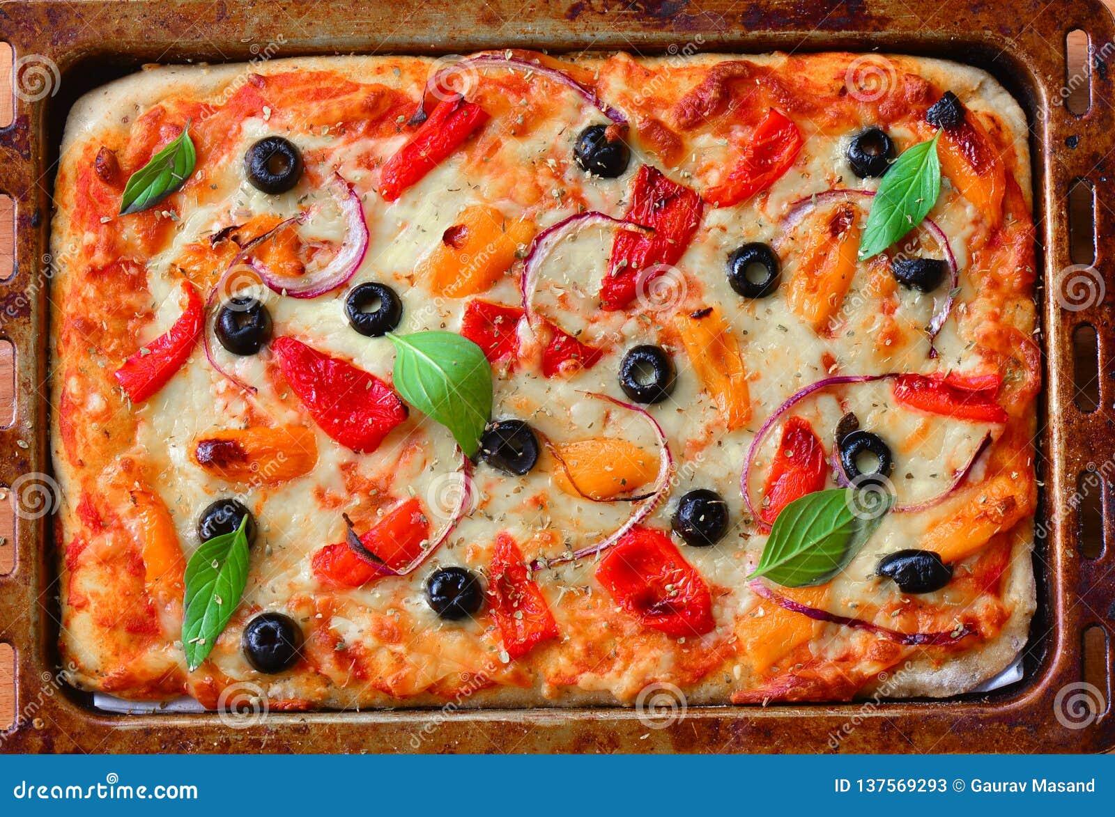 Свежо испеченная вегетарианская пицца в печь подносе