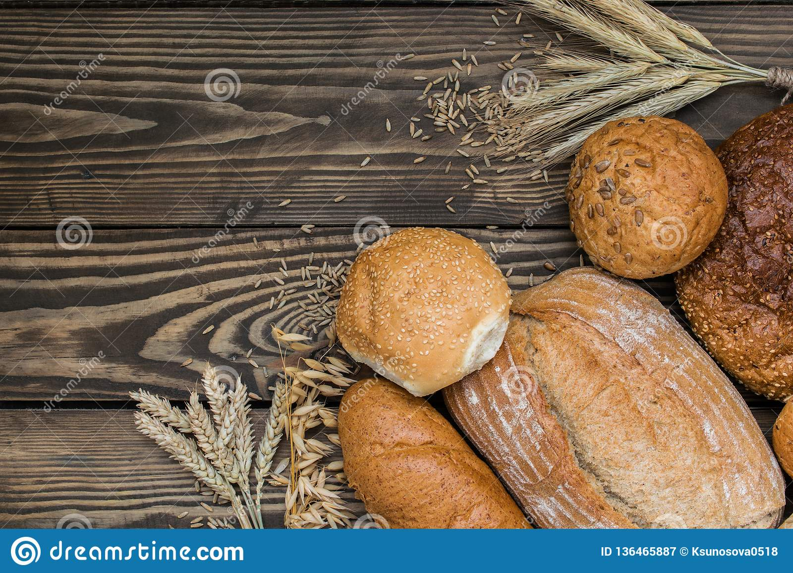 Свежо испеченные продукты хлеба на деревянной предпосылке