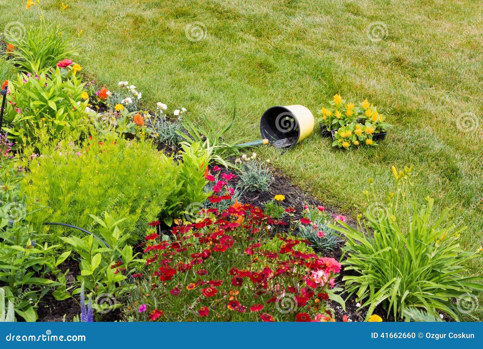 Сверганное ведро в саде