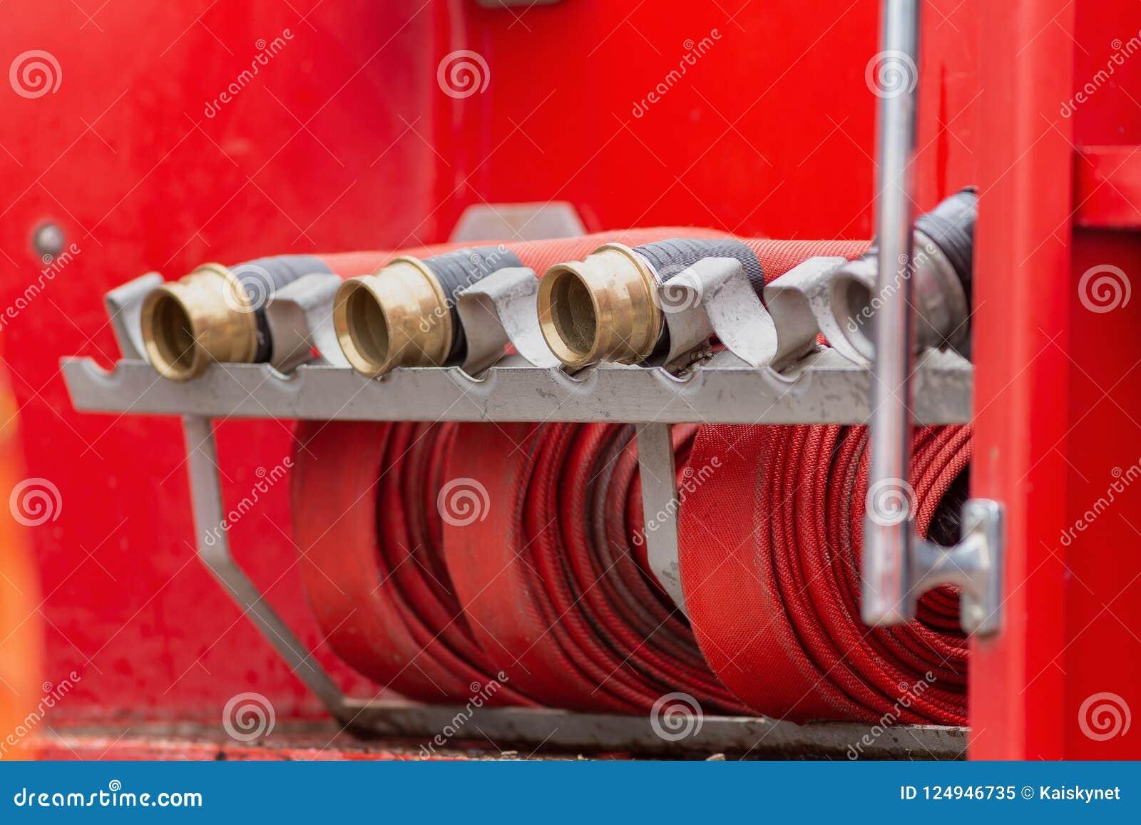 Свернутый в пожарный рукав крена красный, гасители r оборудования огня