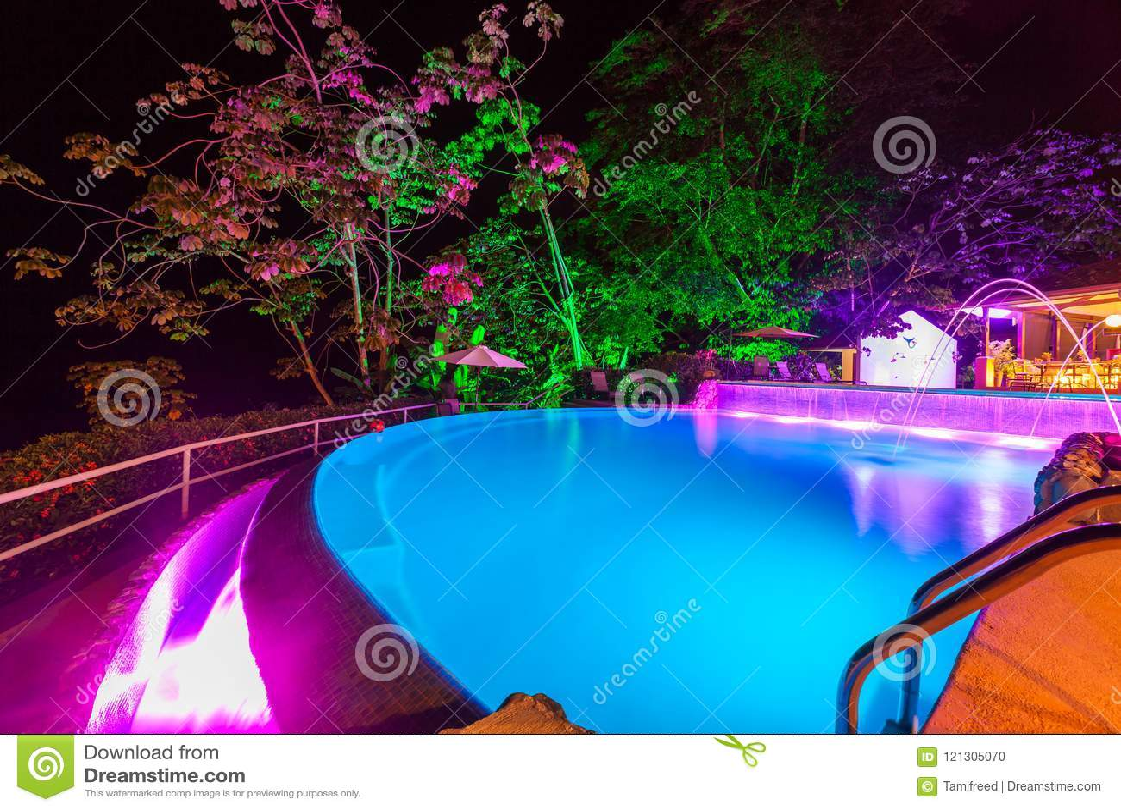 Света вечера на бассейне