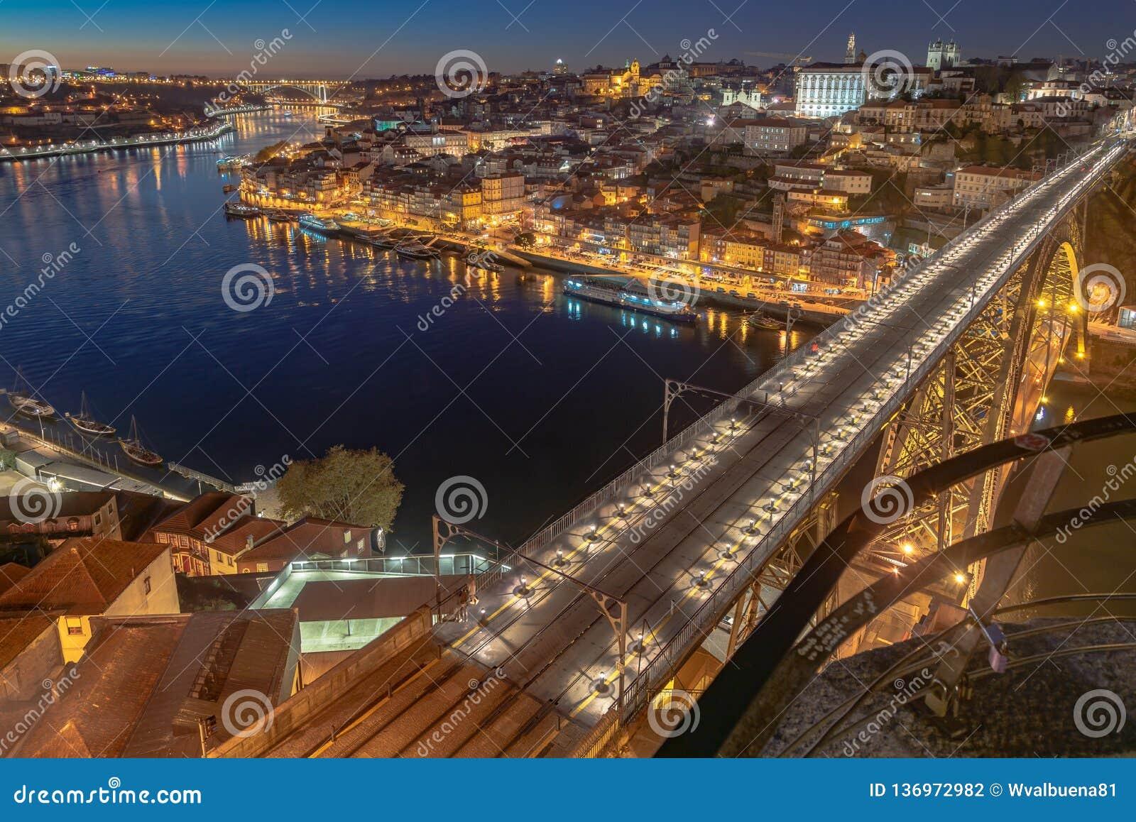 Света города Oporto в ночи