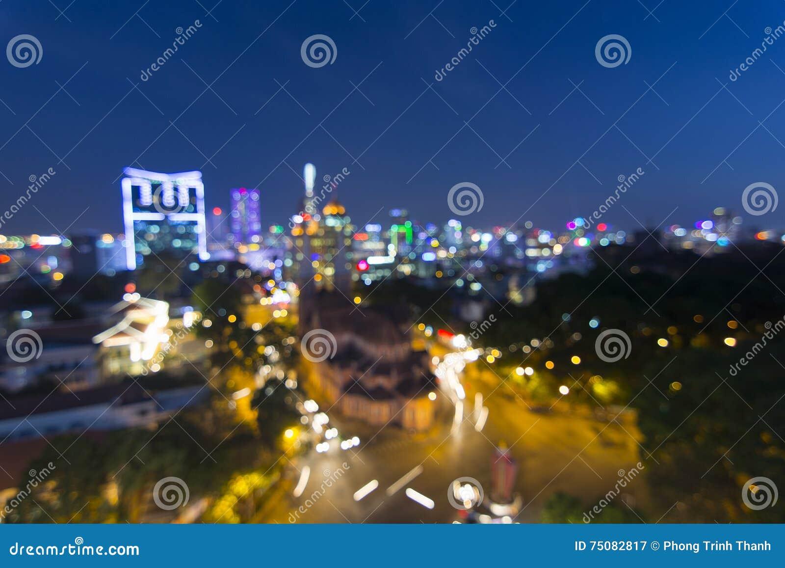 Света города запачкать резюмируют круговое bokeh на голубой предпосылке