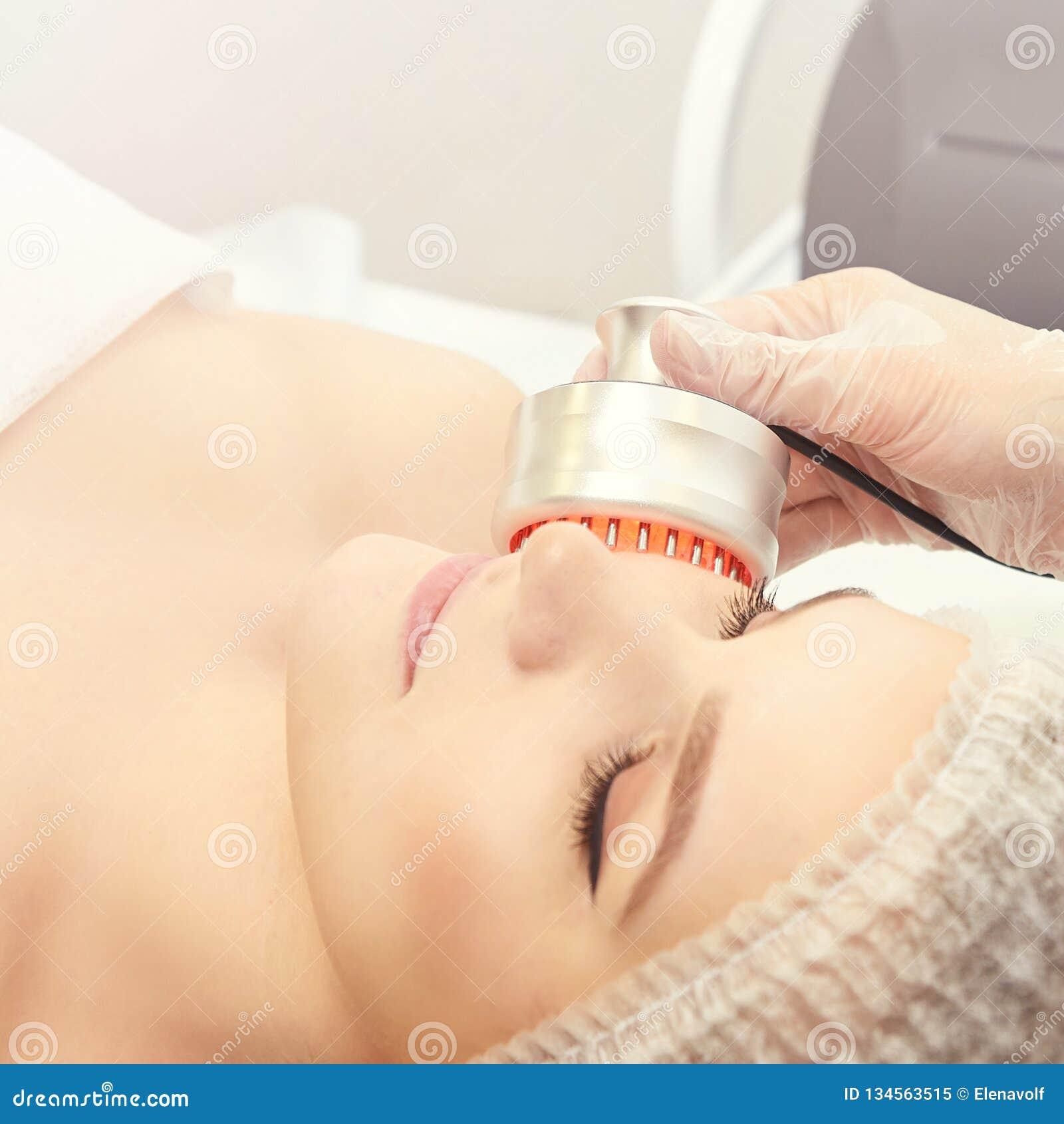 Светлая процедура по терапией Излечите косметику Прибор ухода за лицом женщины Анти- время и морщинка