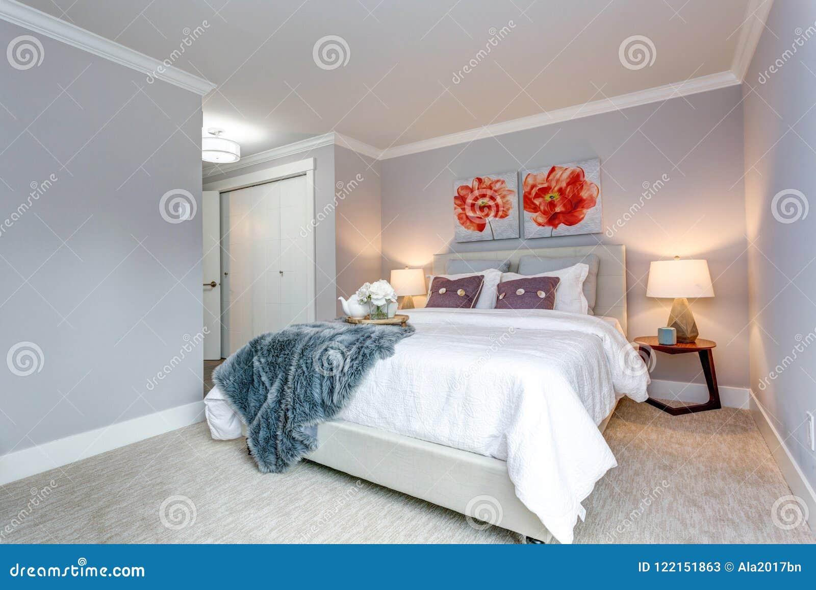Светлая современная спальня квартиры с взглядом кровати