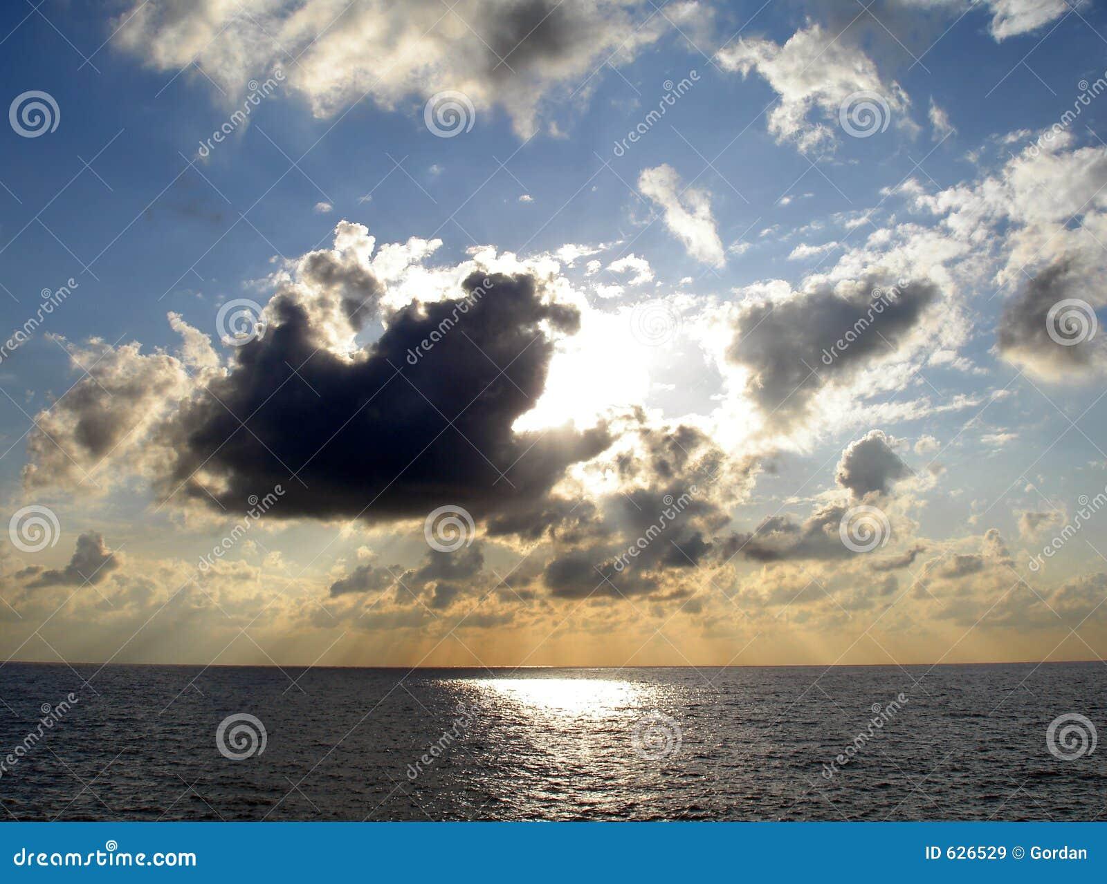 Download световые лучи стоковое изображение. изображение насчитывающей золото - 626529