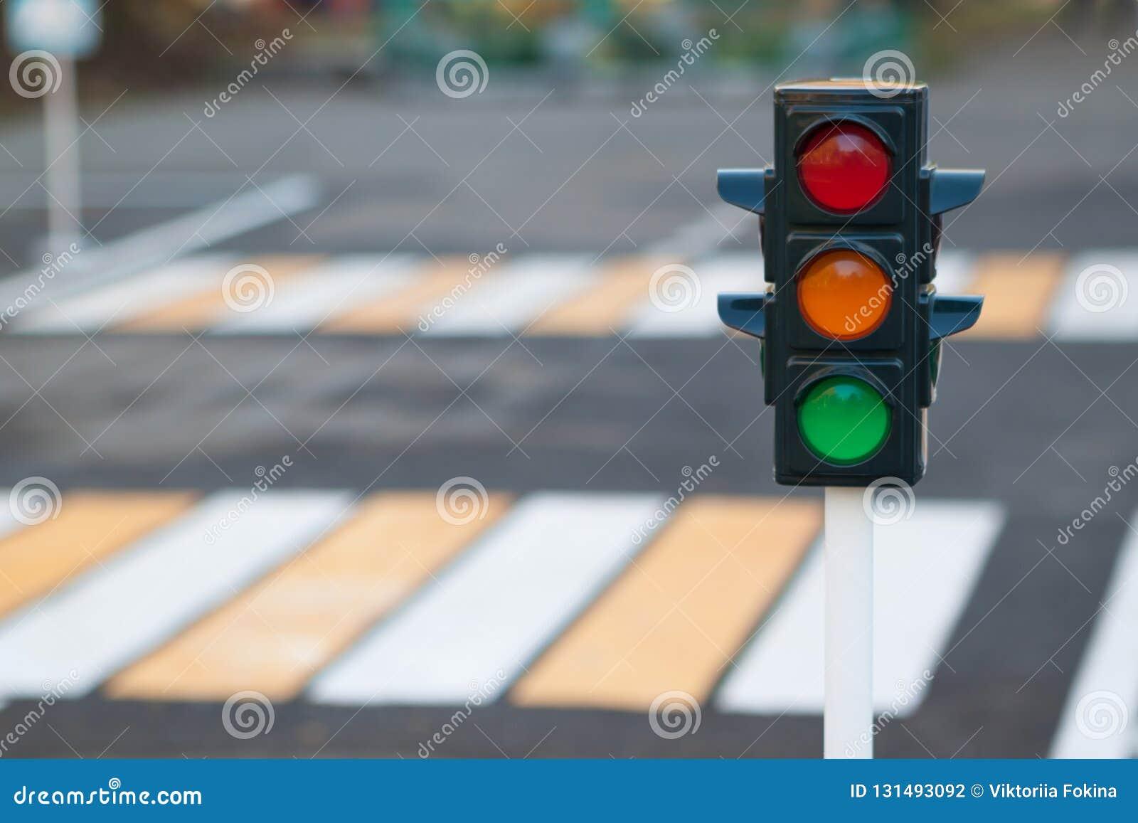 Светофор на предпосылке дороги и пешеходного перехода в городе Красный, желтый и зеленый светофор Законы движения,