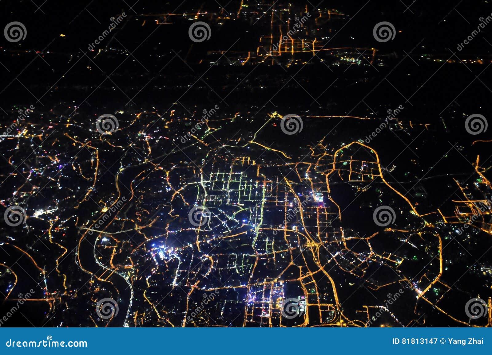 Свет города от окна самолета
