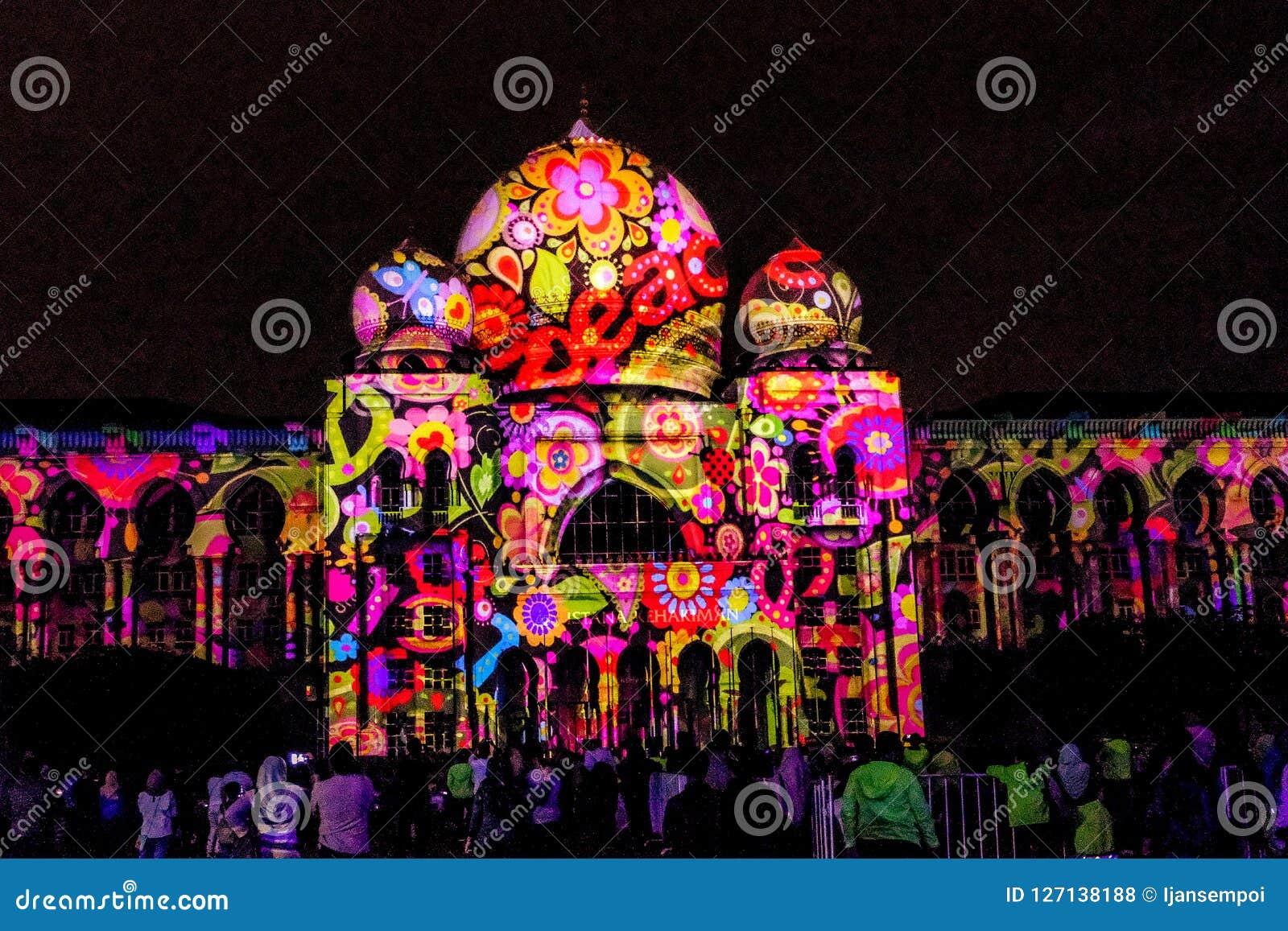 Свет и движение фестиваля в Путраджайя, Малайзии