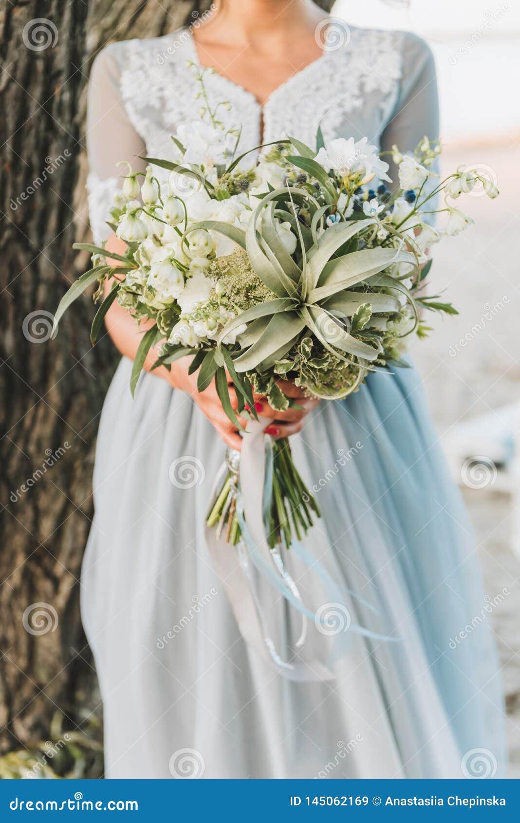 Свет невесты нося - голубой букет удерживания платья свадьбы