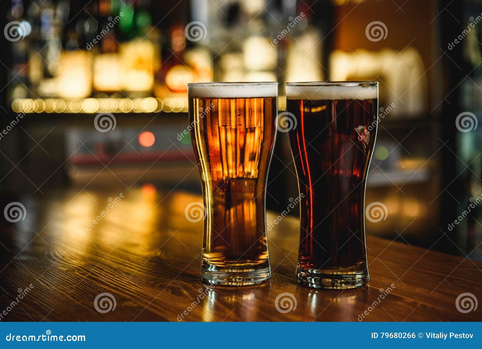 Светлое и темное пиво на предпосылке паба