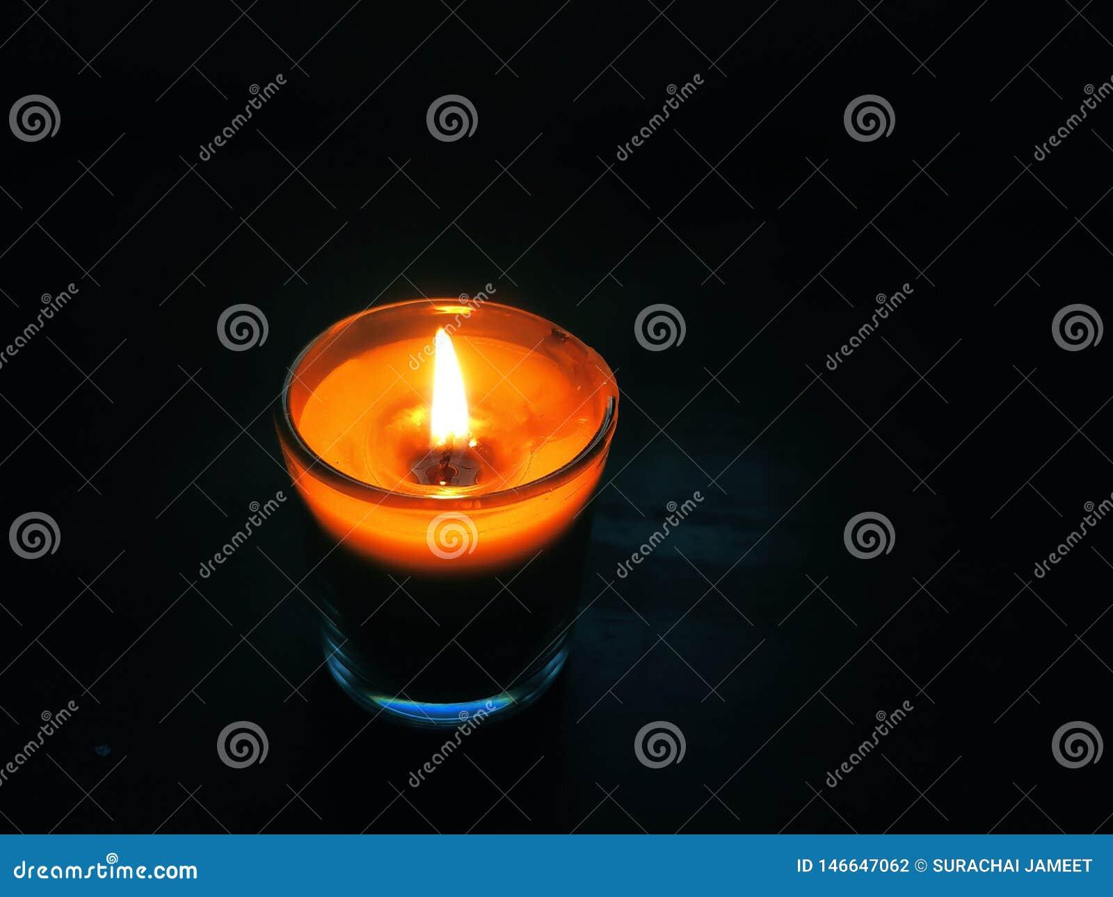 Свет свечи в молчаливой ночи