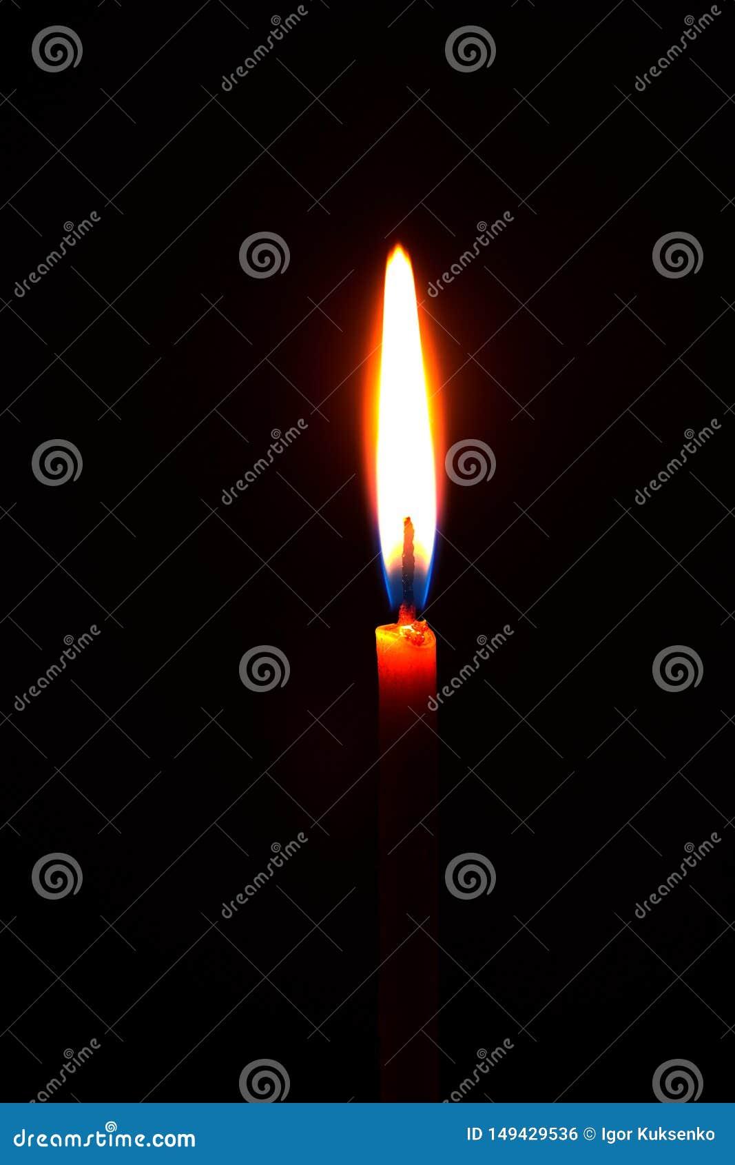 свеча церков горя в темноте создает духовную атмосферу