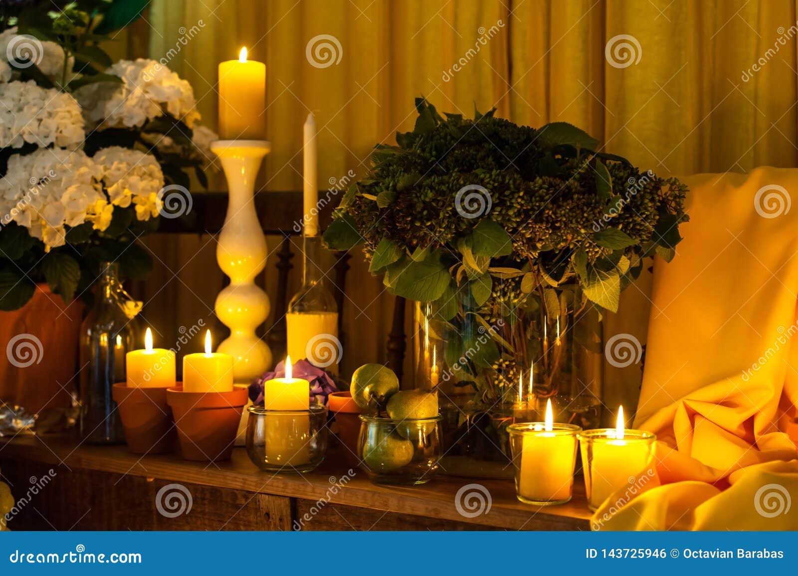 Свечи и желтое расположение ткани