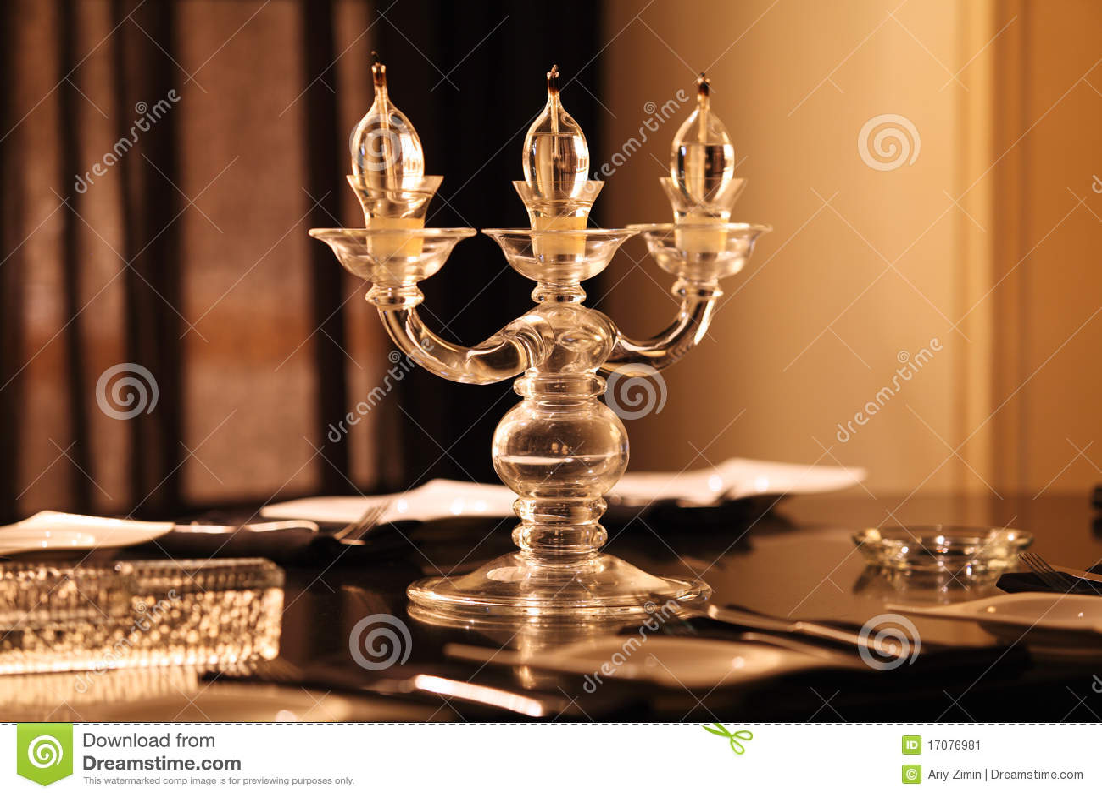 свечка освещает таблицу