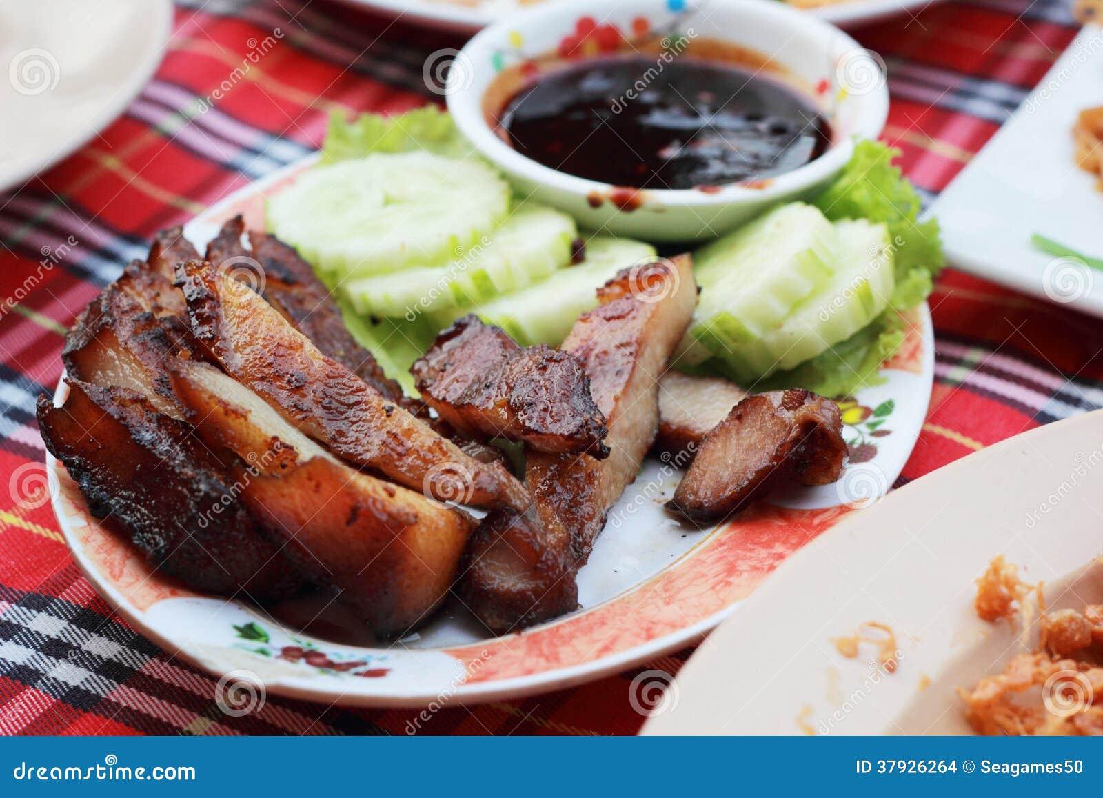 Свинина жаркого с соусом на плите.