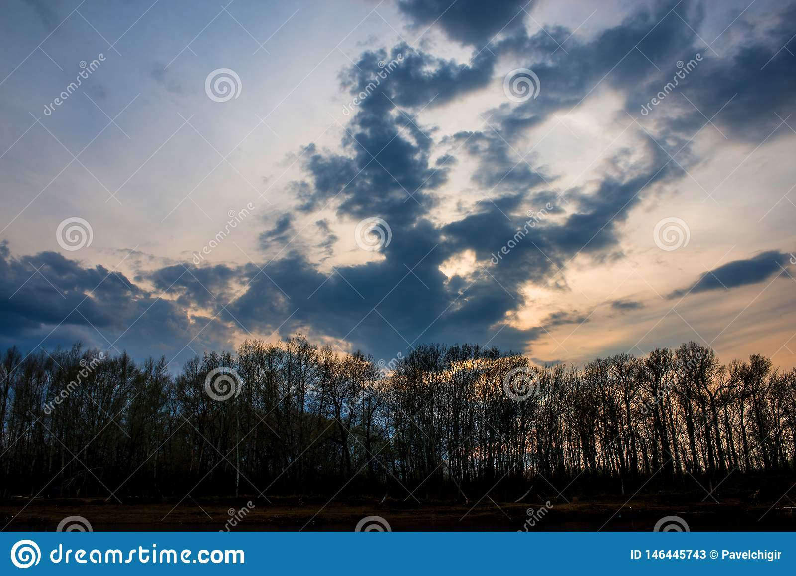 Свинцовые облака собрали над рекой Ural перед заходом солнца