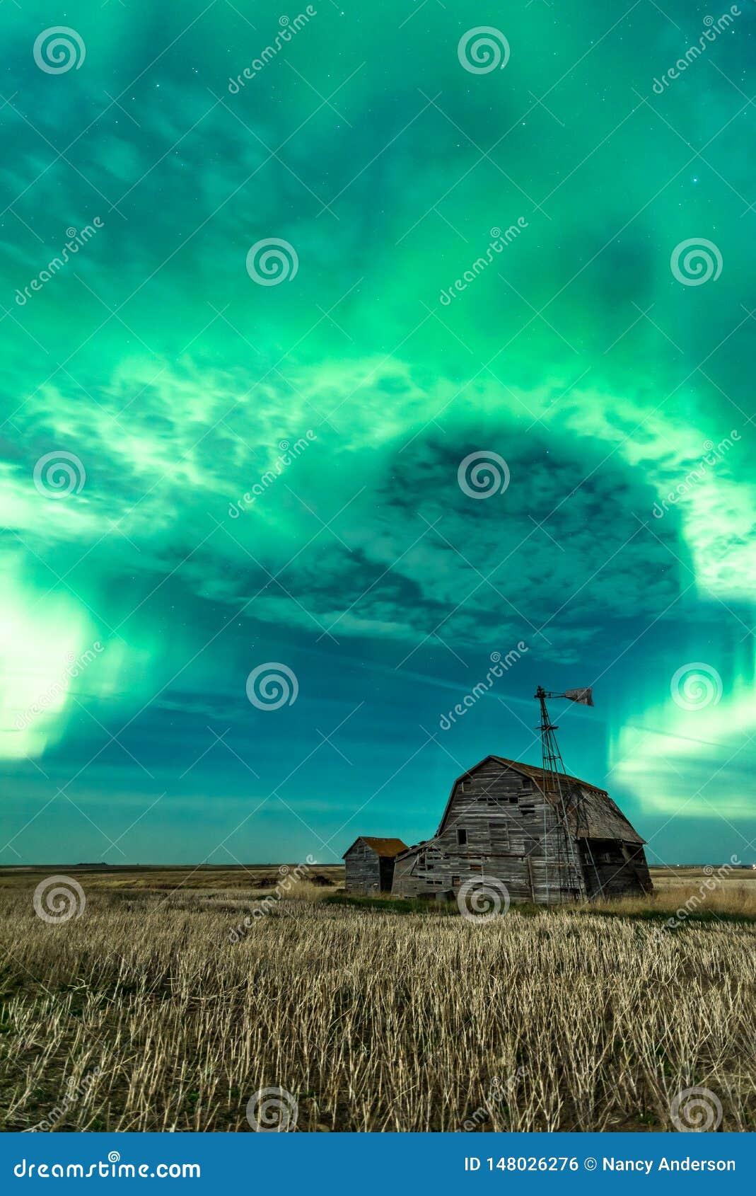 Свирль северного сияния над винтажным амбаром в Саскачеване, Канаде