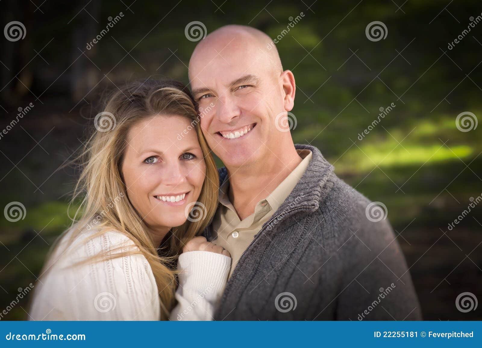 Свитеры привлекательных пар нося в парке