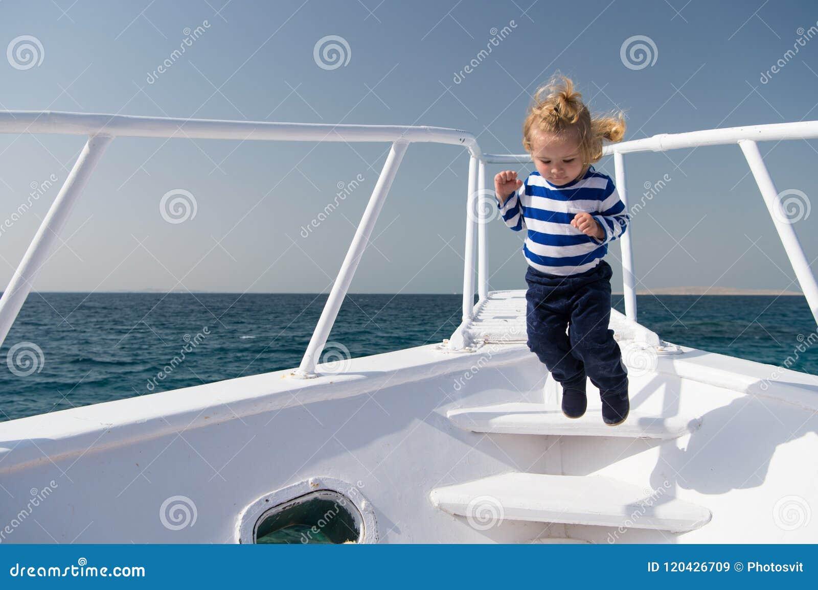 Свобода и утеха Матрос мальчика приключения путешествуя море Смычок яхты скачки милого матроса ребенка беспечальный Матрос мальчи