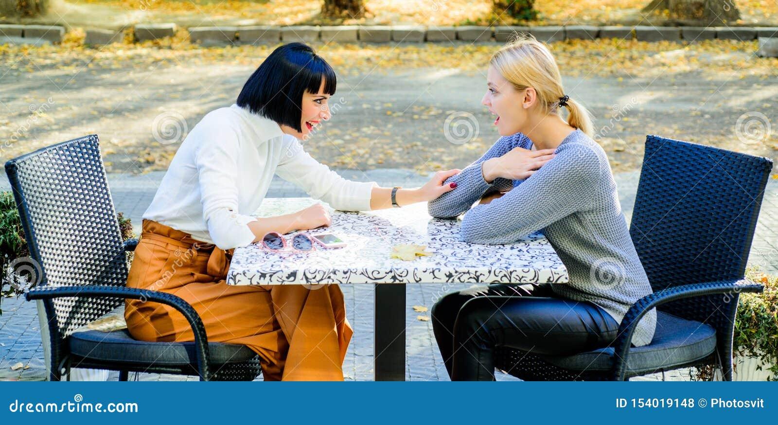 Свободное время с утехой терраса кафа счастливое время завтрака ослабить счастливые девушки друзей тратят время в кафе реальная ж