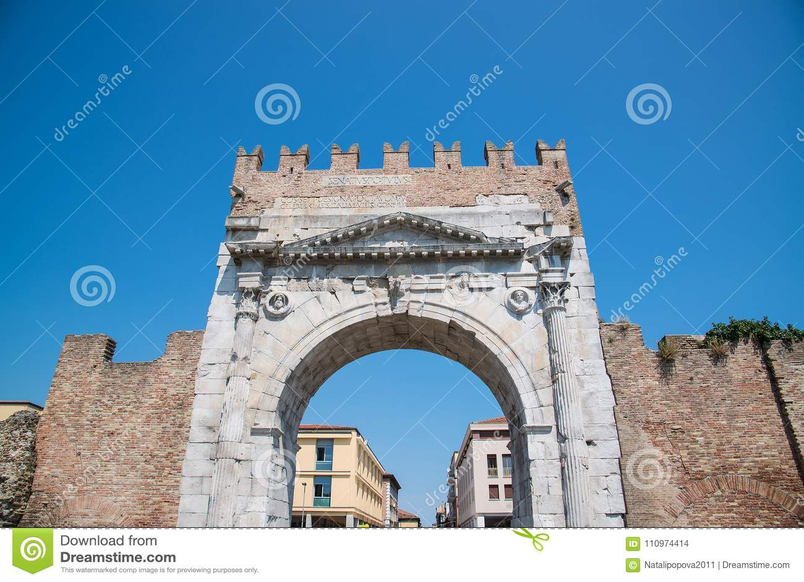 Свод Augustus - римский строб и исторический ориентир ориентир Римини,