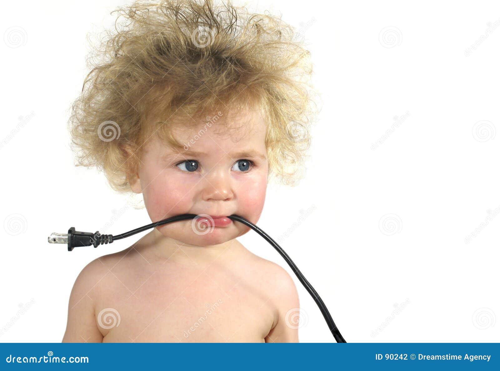 связанный проволокой младенец