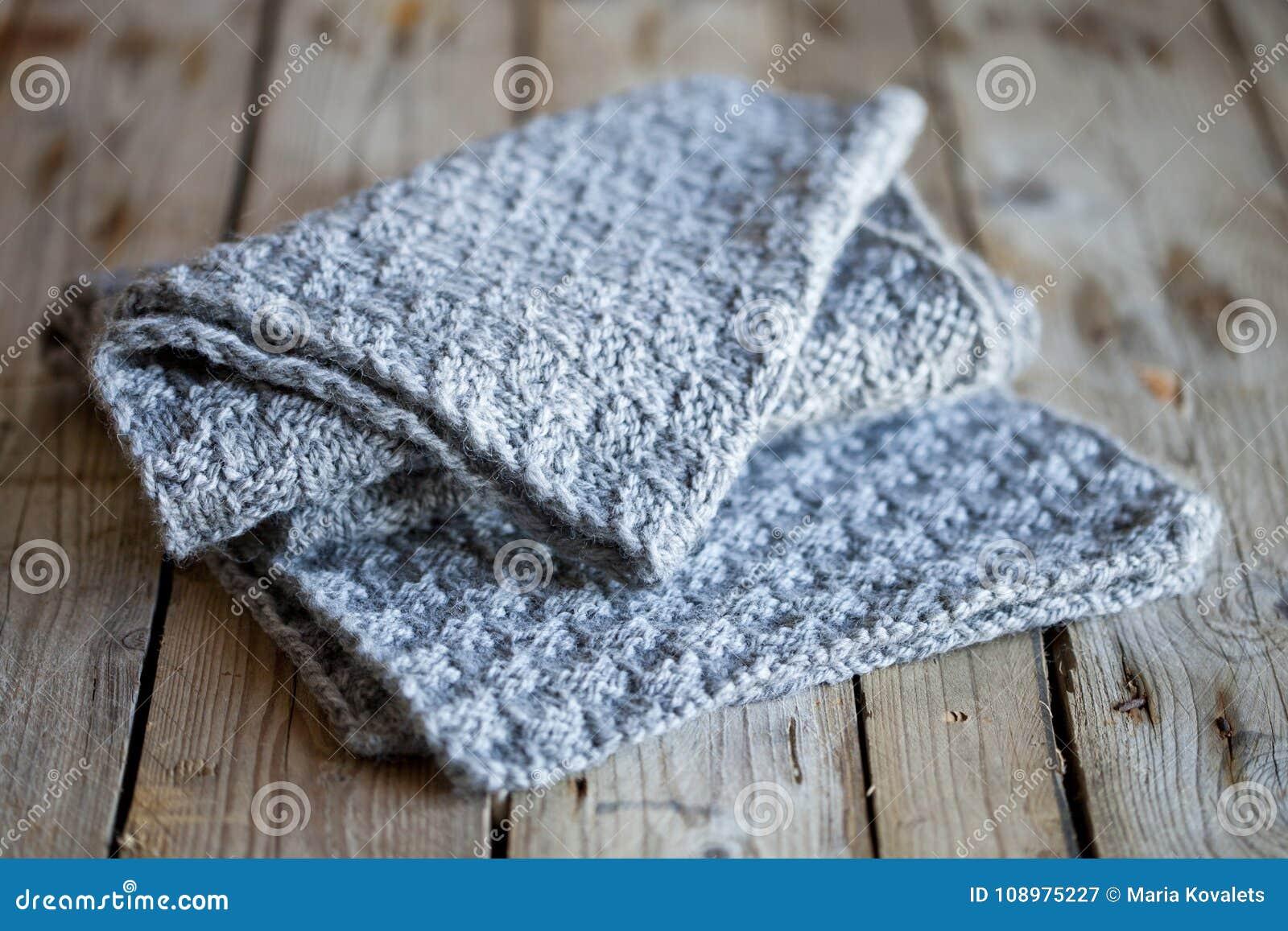 Связанный серый шарф