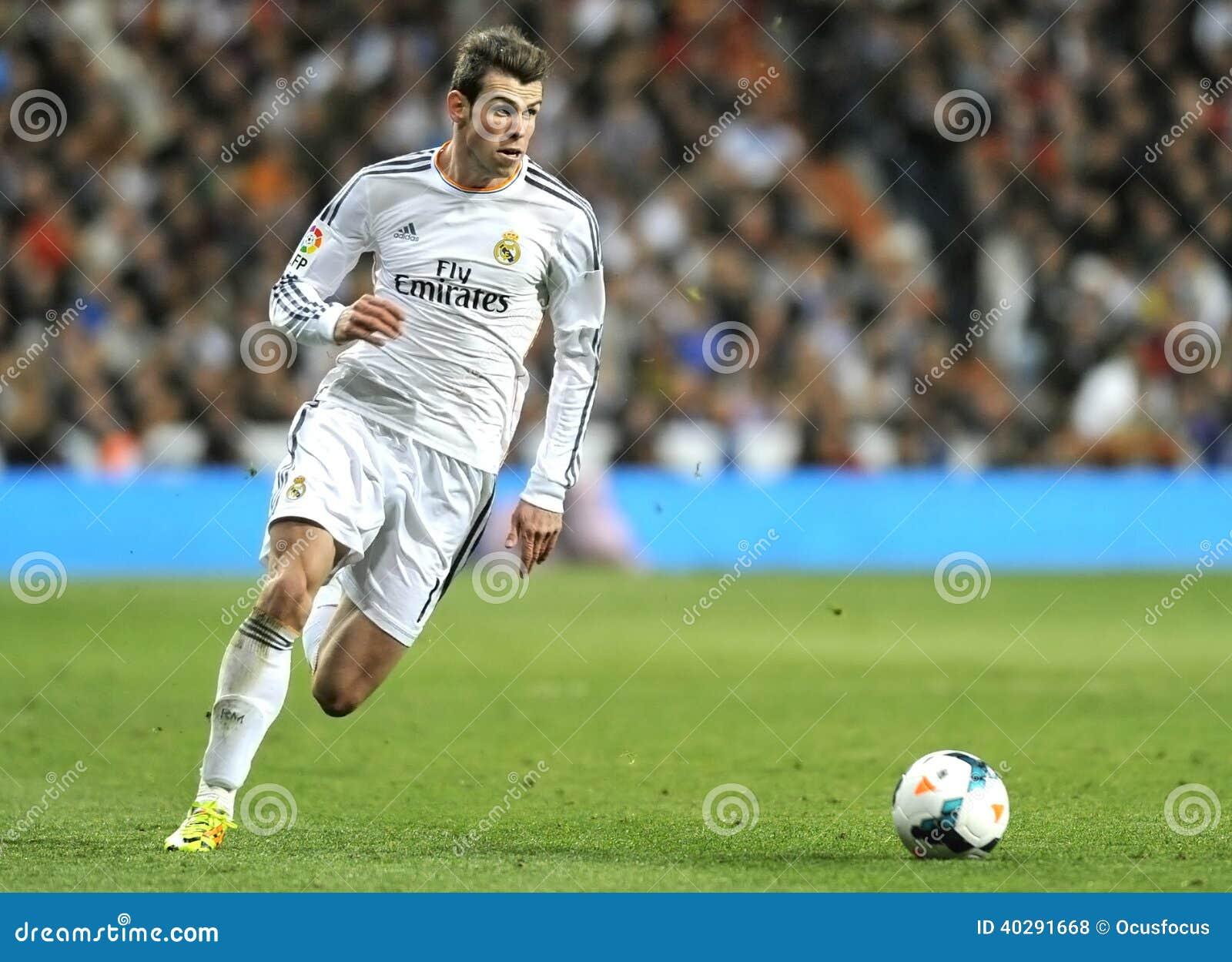 Связка Gareth Real Madrid бежит с шариком в встречном нападении