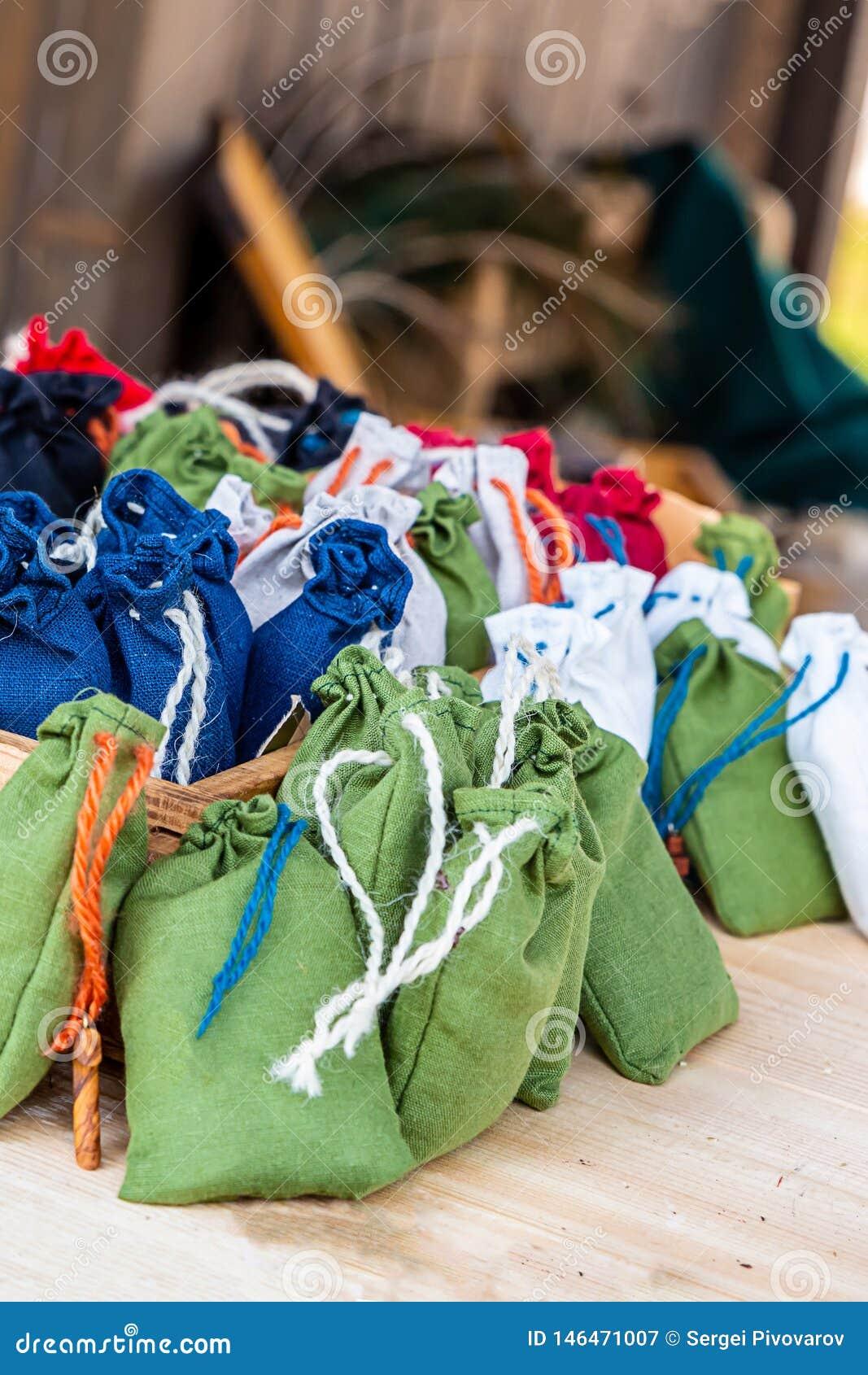 Связь веревочки установленной мешковины мешка зеленая темно-синая белая пестротканая на встречном медалисте средневековом
