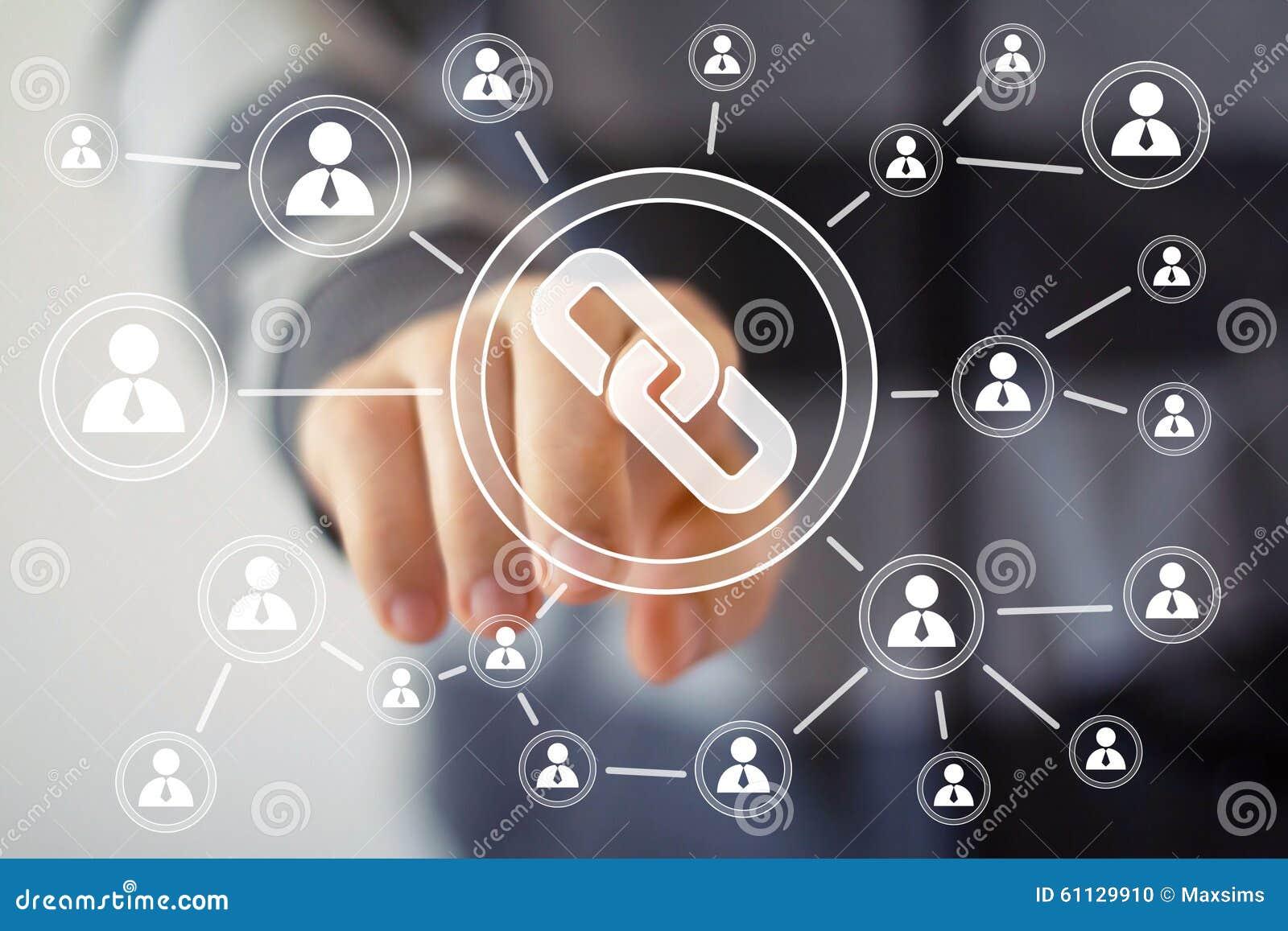 Связь сети кнопки значка прессы руки бизнесмена