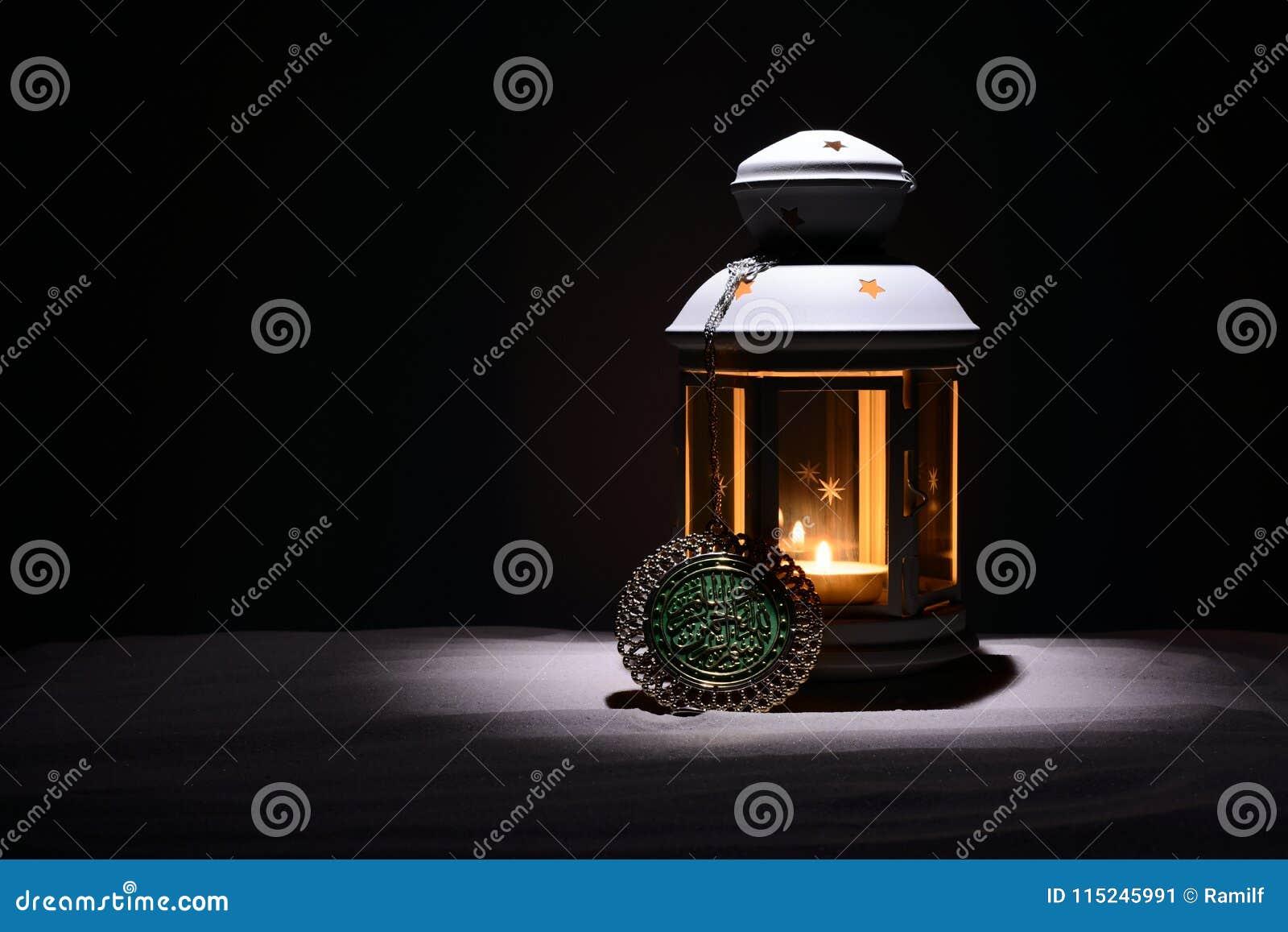 Святой месяц предпосылки Рамазана Karim Яркий фонарик на песке с космосом экземпляра